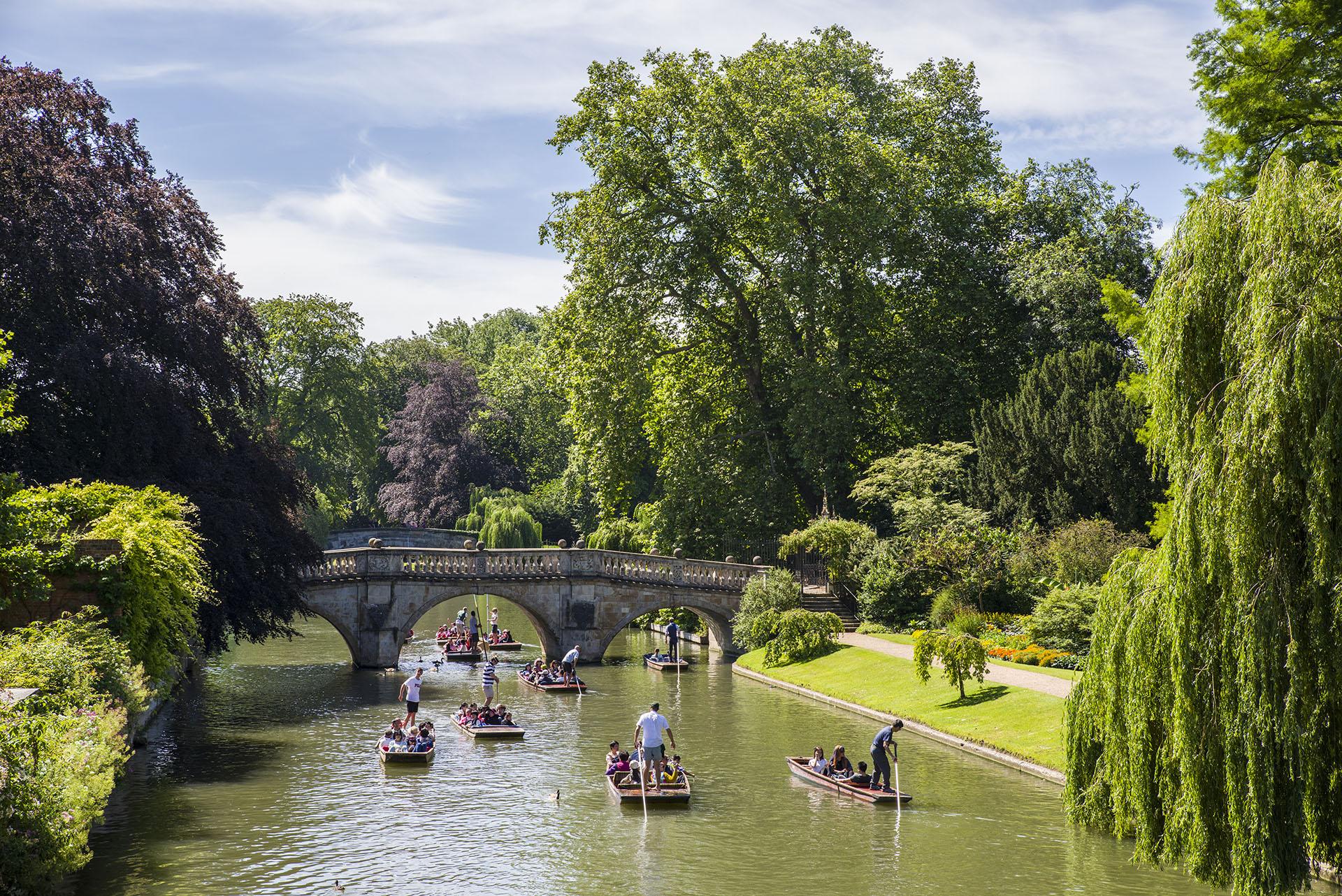 Es imposible visitar Cambridge, una de las dos grandes ciudades universitarias de Inglaterra, y no sentirse catapultado en el tiempo, desde el laberinto medieval de las calles hasta los deslumbrantes edificios góticos de sus universidades