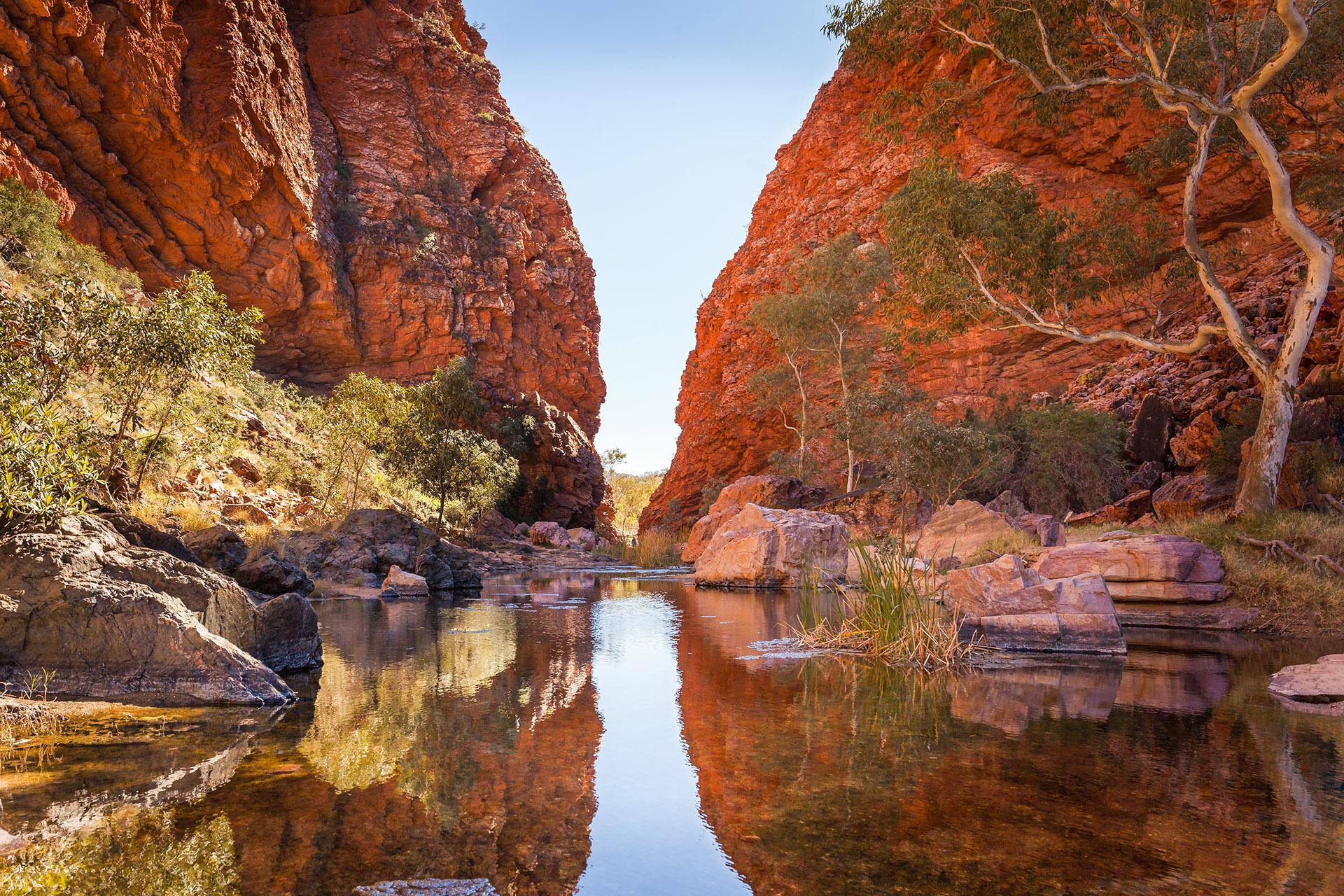 La región remota está invirtiendo millones en iniciativas turísticas, incluida una Galería Nacional de Arte Aborigen y nuevas rutas de senderismo y ciclismo