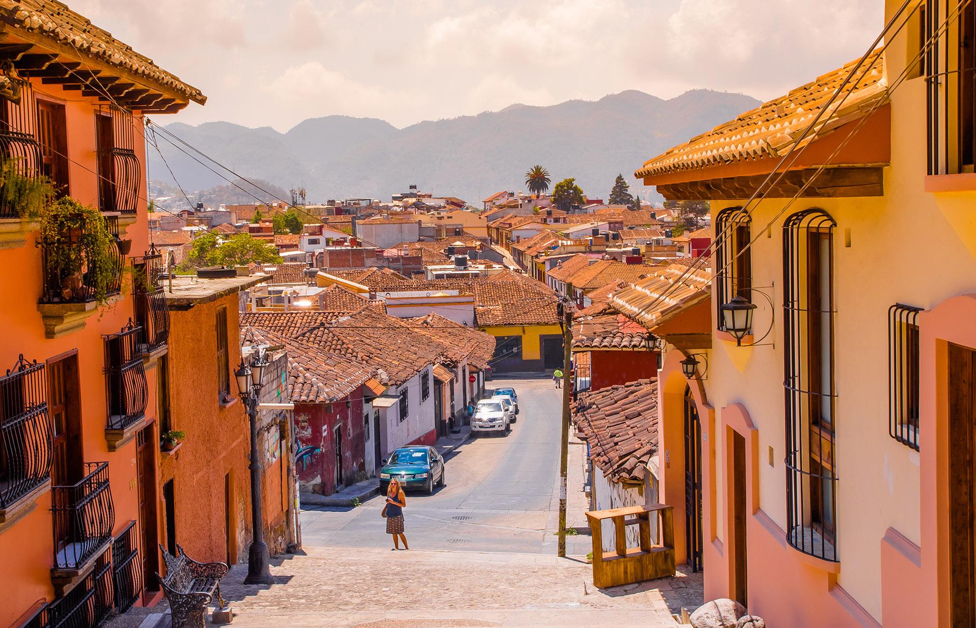 Ubicado en lo alto de un valle de montaña en el estado de Chiapas, San Cristóbal de las Casas no es el destino más fácil de llegar: requiere de un vuelo de 90 minutos desde Ciudad de México seguido de un viaje de una hora