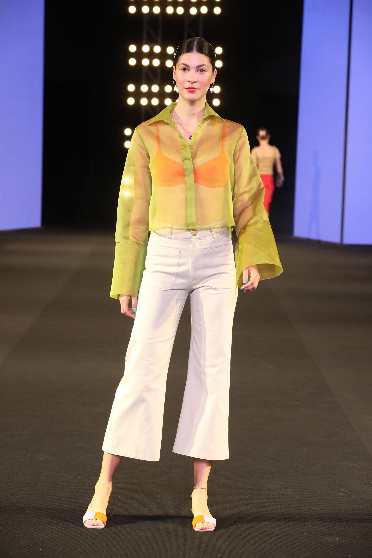 """La colección llamada """"Carmen"""" presentó una paleta de color amplia para todas las mujeres que tienen preferencias por prendas con líneas simples, sin adornos y que le dan especial atención a los detalles"""
