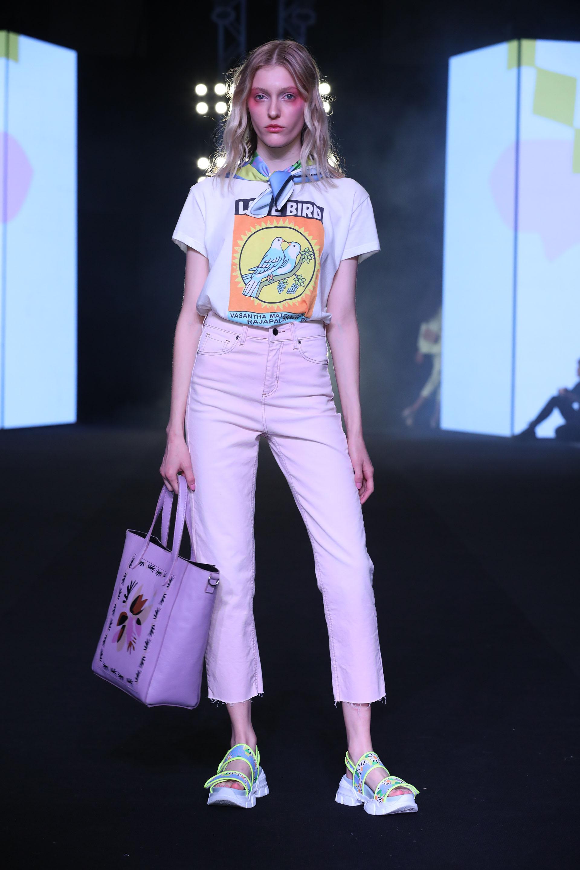 Para esta colección la diseñadora incorporó a la línea tejidos jacards con dibujos representativos de la temática y jeans estampados