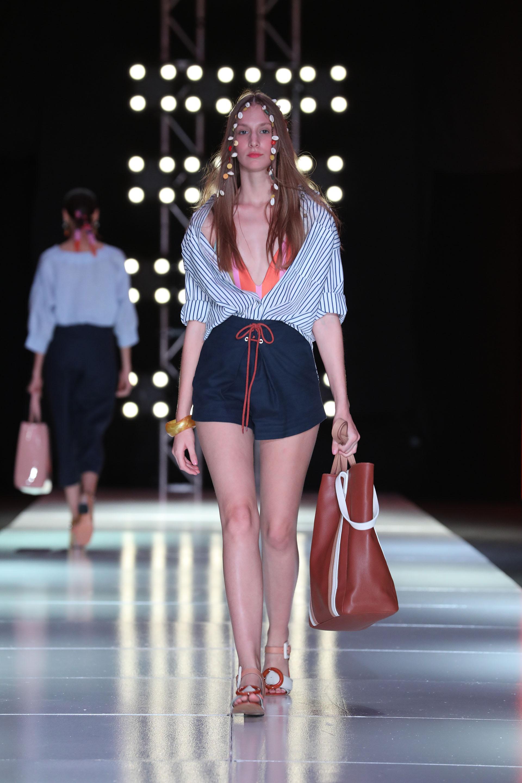 Las camisas de lino rayadas, el tiro alto y los maxi bolsos como protagonistas que se llevaron todas las miradas. En la colección también cuenta con los bolsos de rafia para la playa, tote bags y mochilas