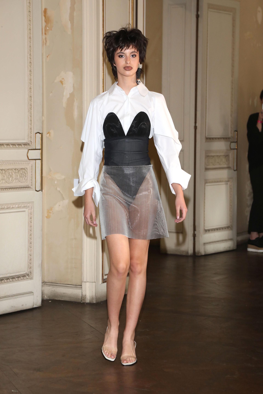 El diseñador también jugó con la superposición de prendas. Sastrería con el cuero, el chiffón y la red
