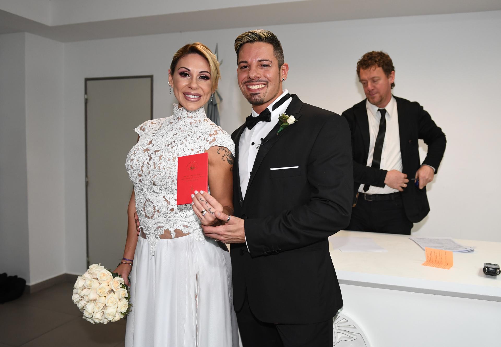 """La parejafeliz con su libreta roja. """"La ceremonia fue muy linda, lloramos nosotros y nuestros familiares también"""", comentó la madre de Diego (Fotos: Maximiliano Luna /Teleshow)"""