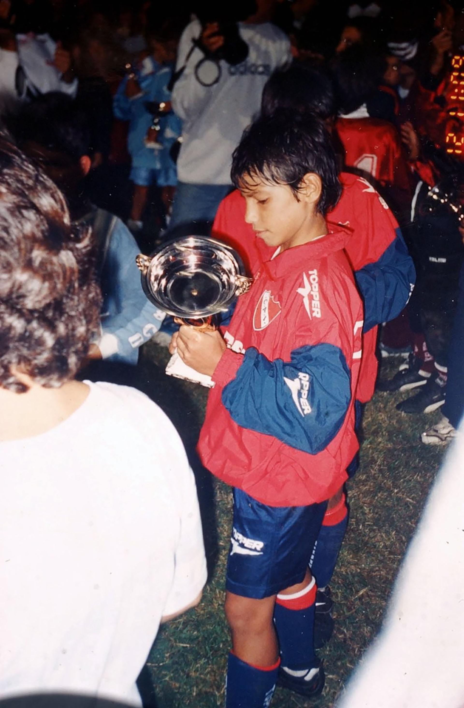 """El """"Kun"""" Agüero jugando para las infantiles de Independiente"""