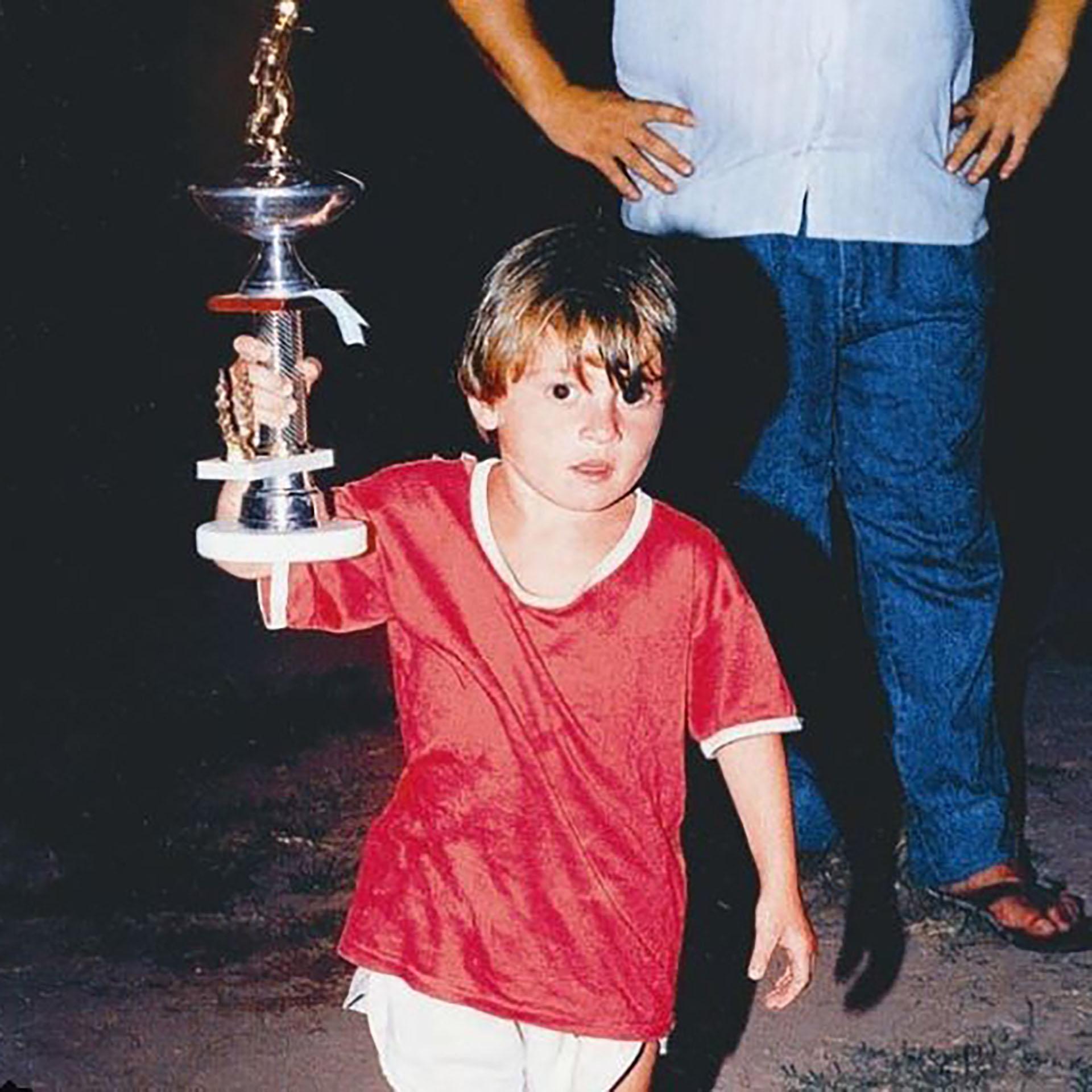 Lionel Messi ganando trofeos desde pequeño en Rosario