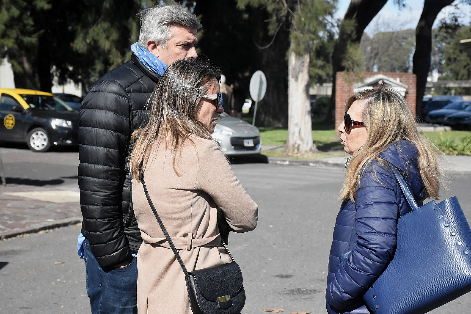 Los abogadosMauricio D'Alessandro y Mariana Gallego en el cementerio (Nicolás Stulberg / Teleshow)