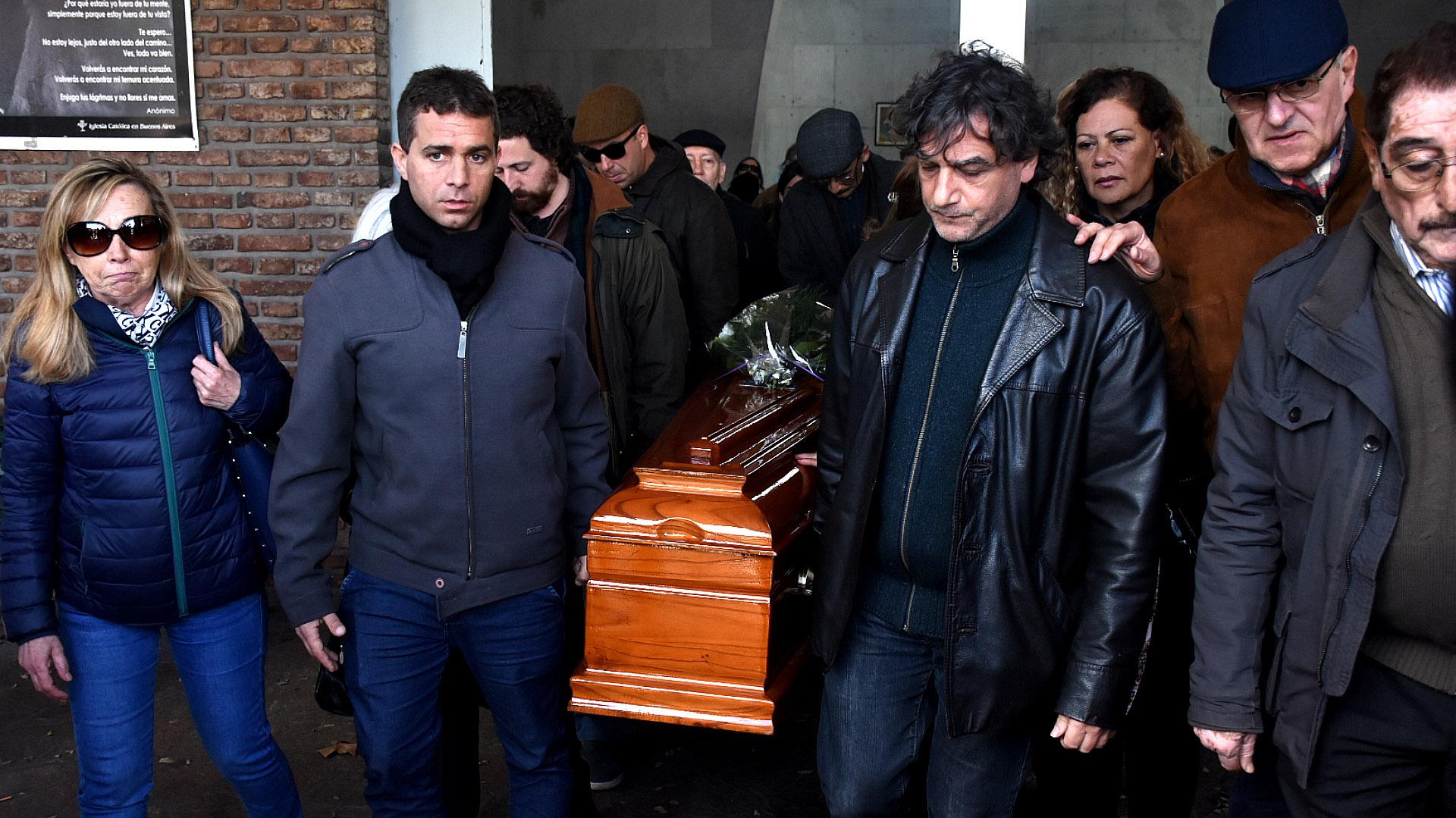 Amigos y familiares del cineasta le dieron el último adiós en el entierro