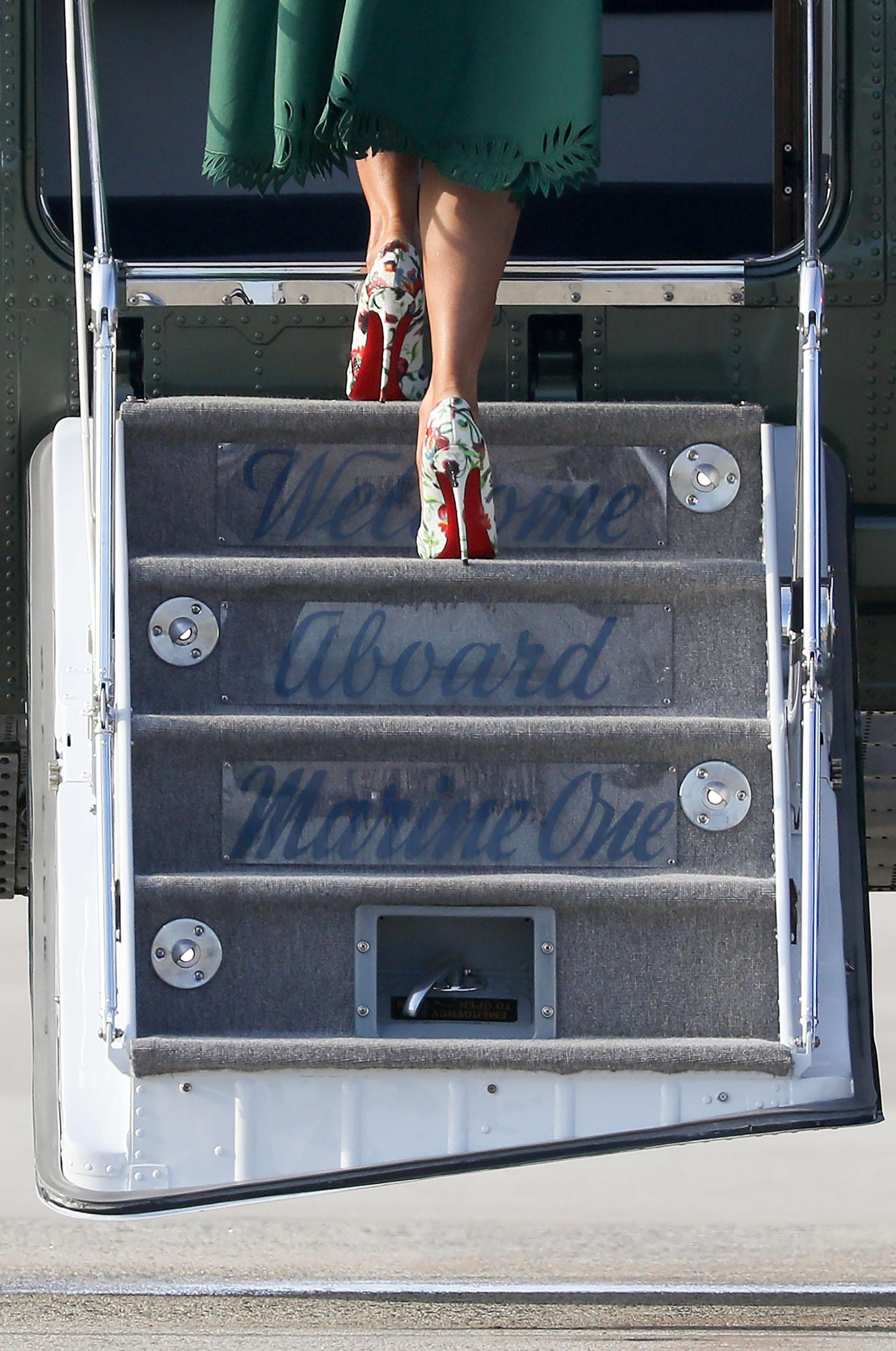 El toque que complentaba su propuesta de estilo fueron los zapatosestampados deChristian Louboutin, su firma de cabecera