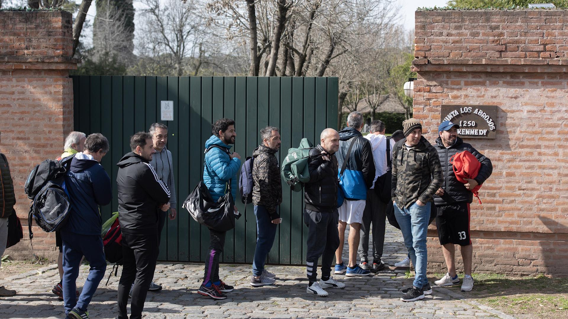 Los aficionados que participan del campeonato de fútbol ingresan a la Quinta