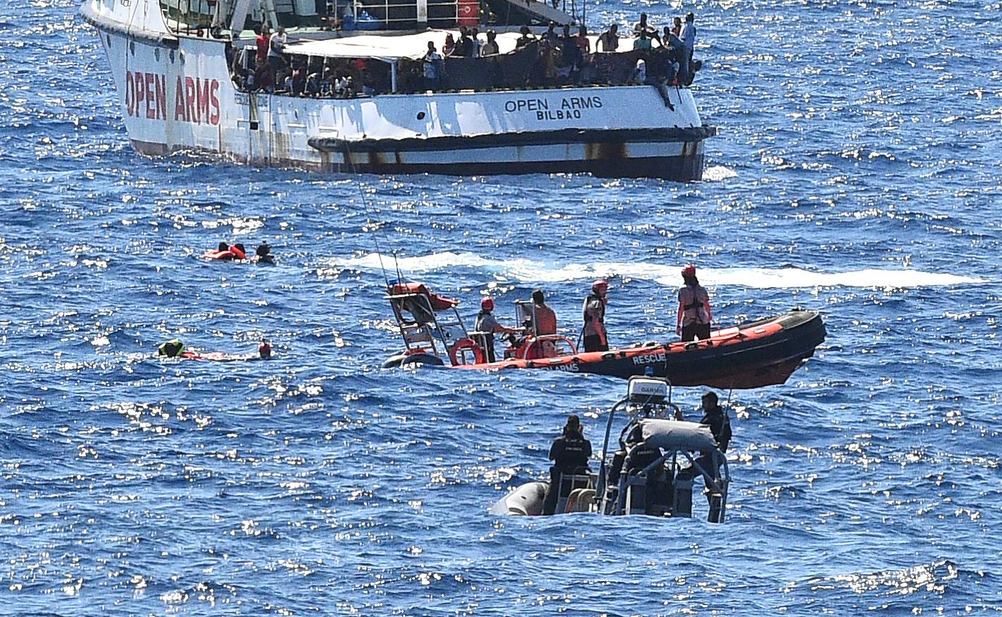 Muchos de los que saltaron estuvieron a punto de ahogarse y debieron ser rescatados (REUTERS/Guglielmo Mangiapane)
