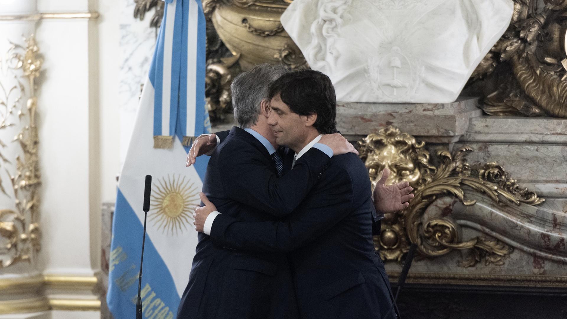 El presidente saludó con un afectuoso abrazo al flamante ministro de Hacienda