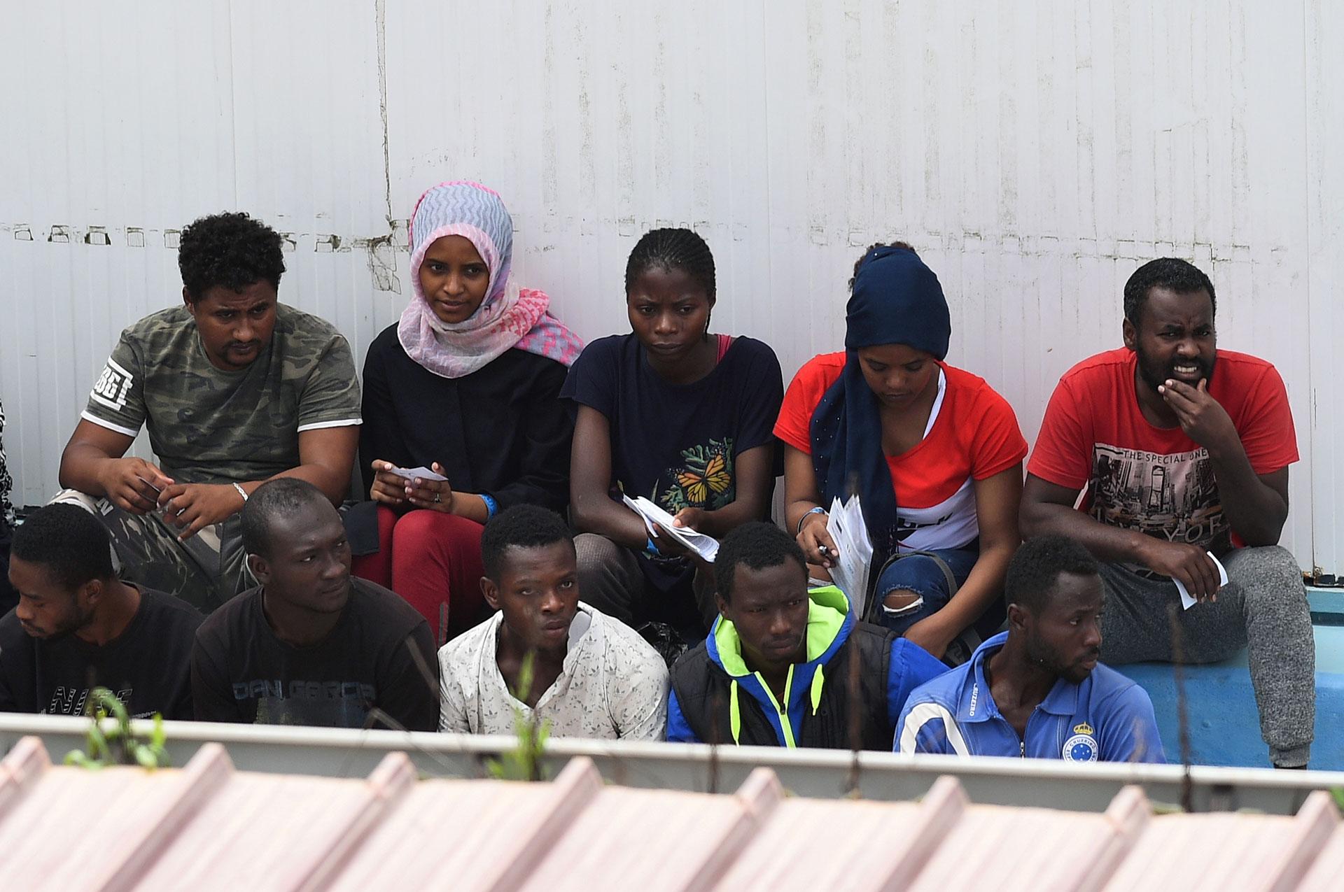 Tras el desembarco, el martes a la noche, algunos de los migrantes son vistos en el centro de inmigración de la meridional isla siciliana de Lampedusa (REUTERS/Guglielmo Mangiapane)