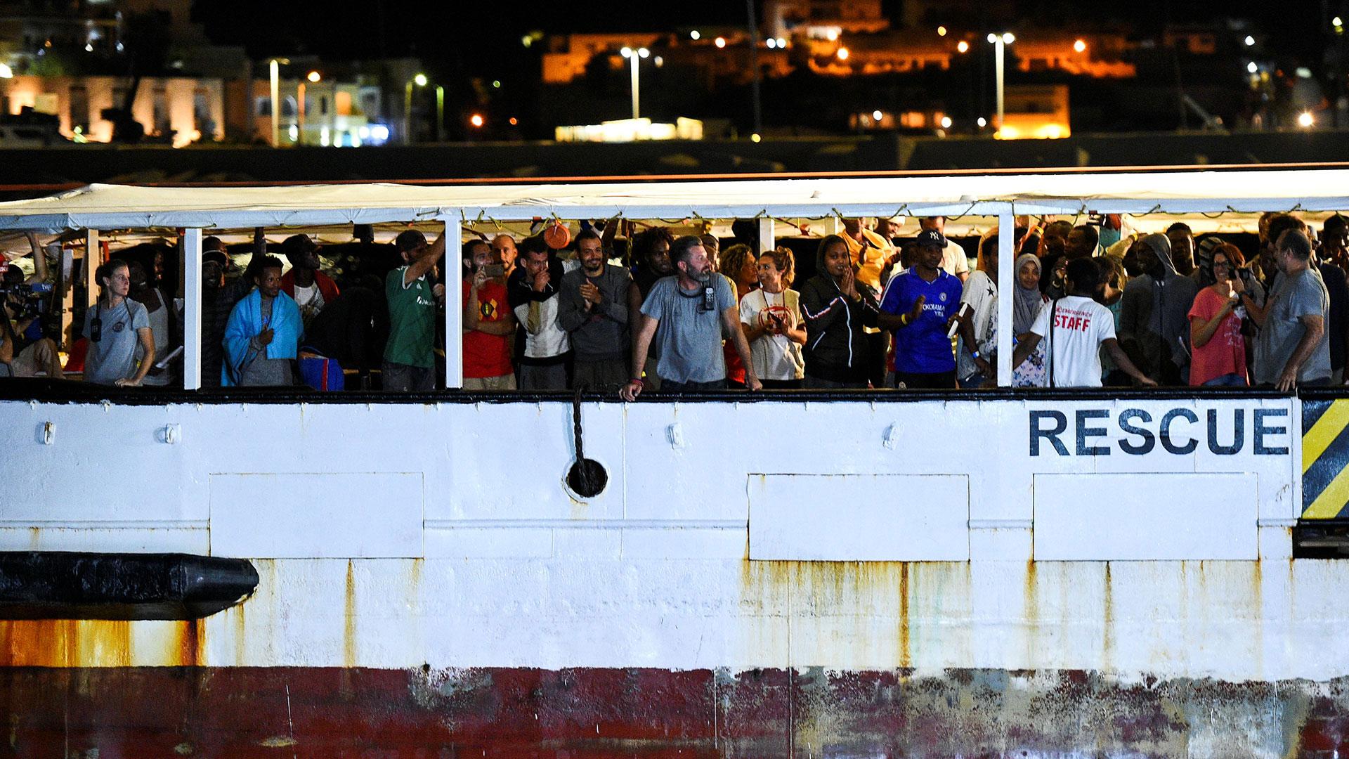 El barco de rescate español Open Arms con migrantes a bordo llega a Lampedusa, Italia, el 20 de agosto de 2019 a la noche (REUTERS/Guglielmo Mangiapane)