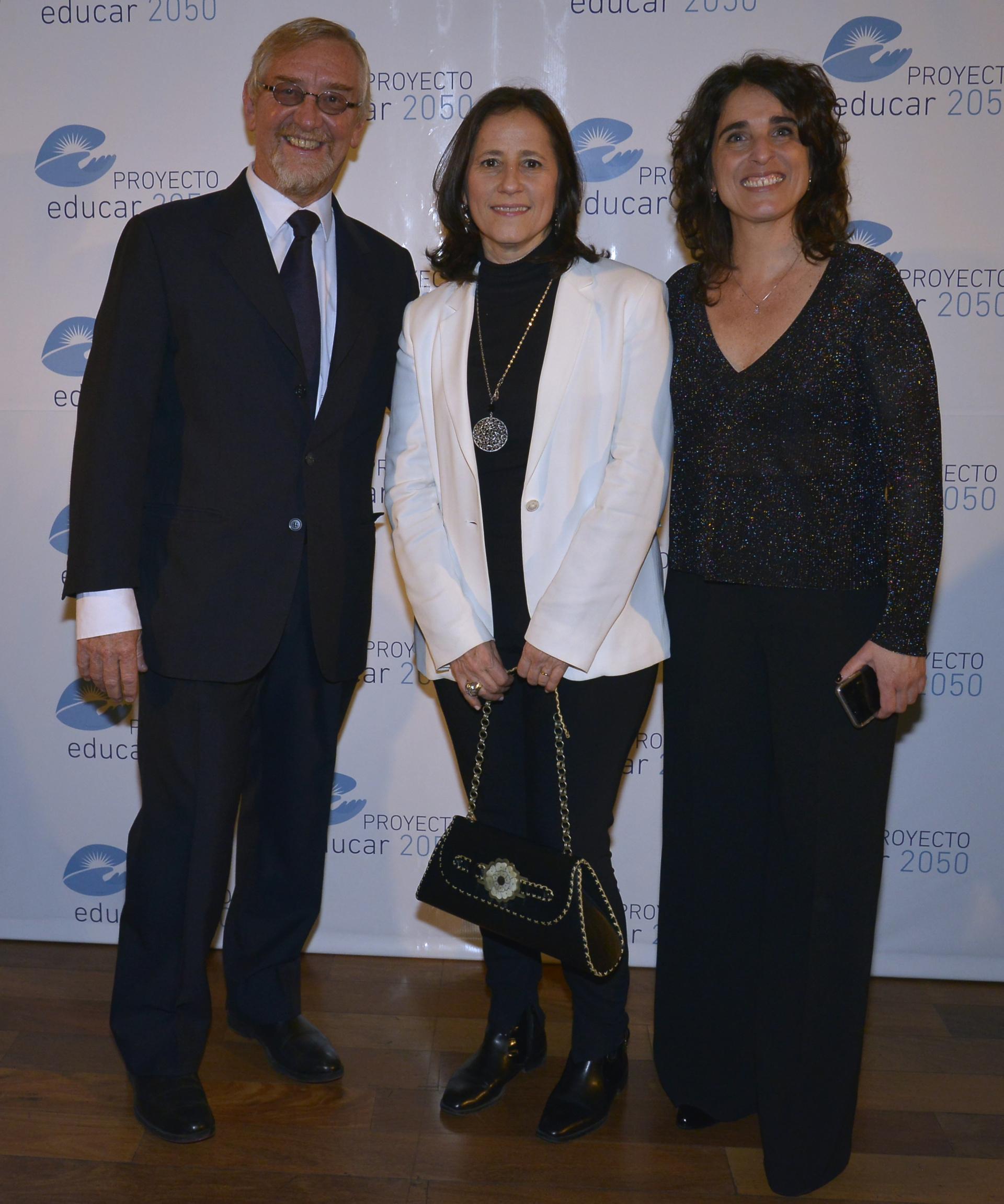En el medio, Agustina Catone, directora ejecutiva de la Fundación Telefónica