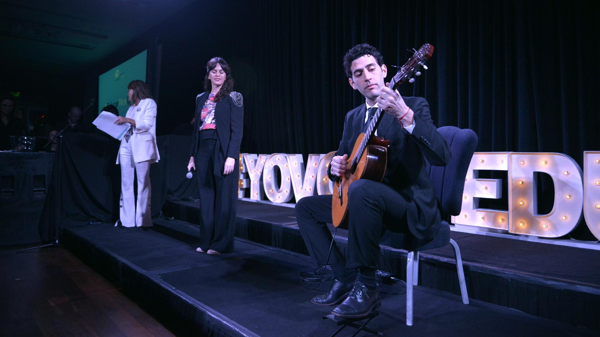 La cantante Luli Pizarro entonó el himno