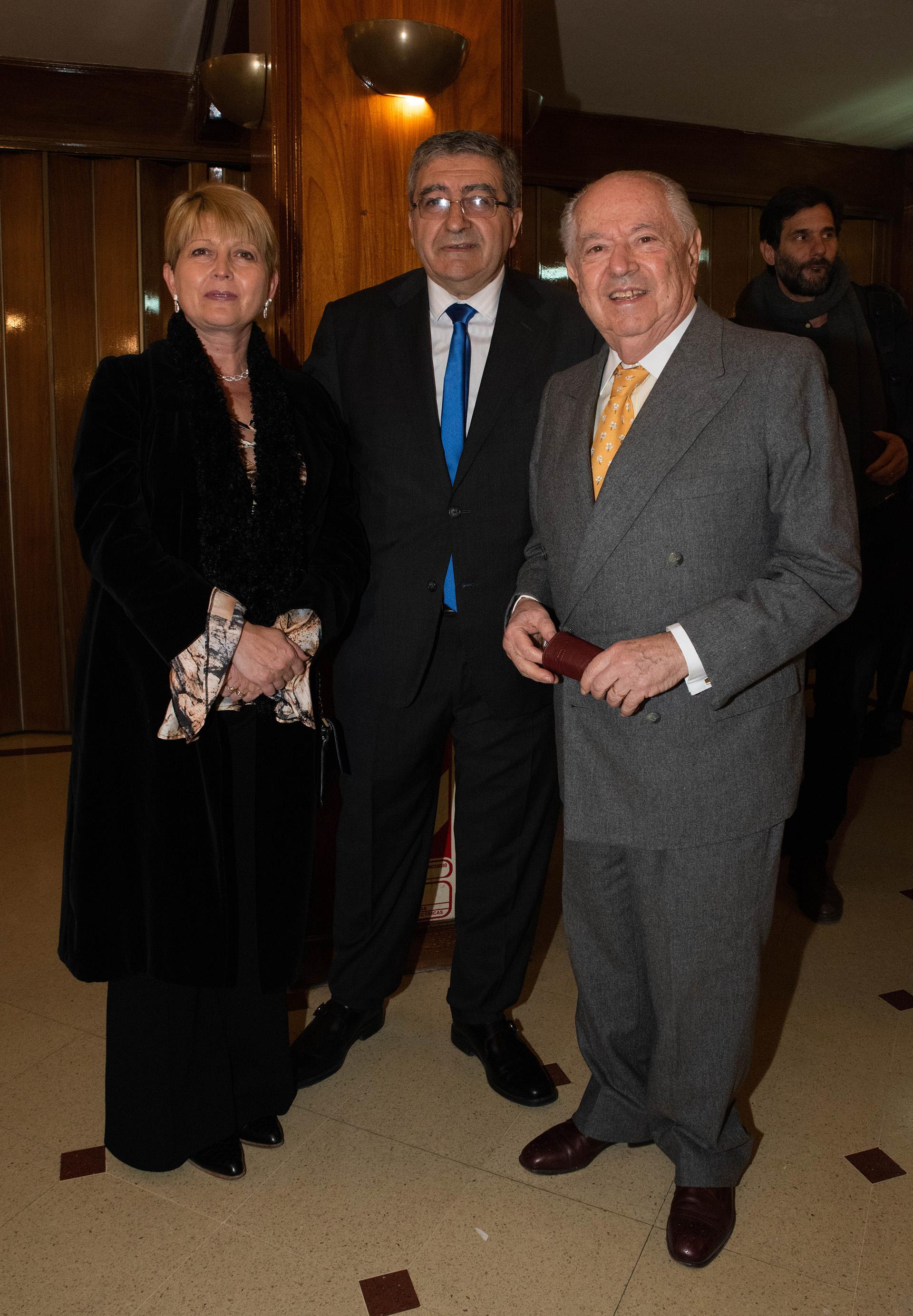 Miguel Ortiz Pellegrini, convencional constituyente, con su esposa y Carlos Corach