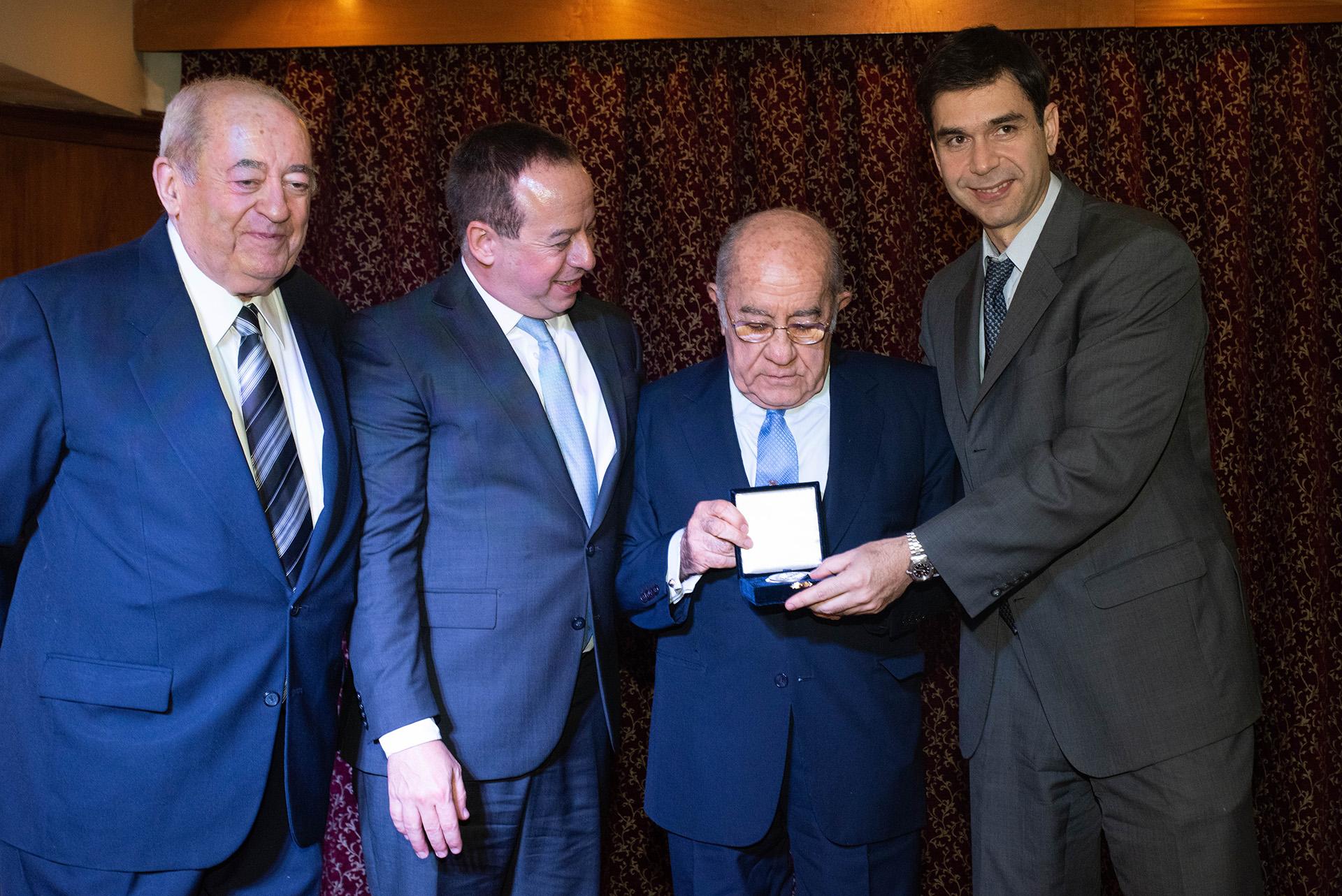 El ex gobernador José Romero Feris también recibió su medalla