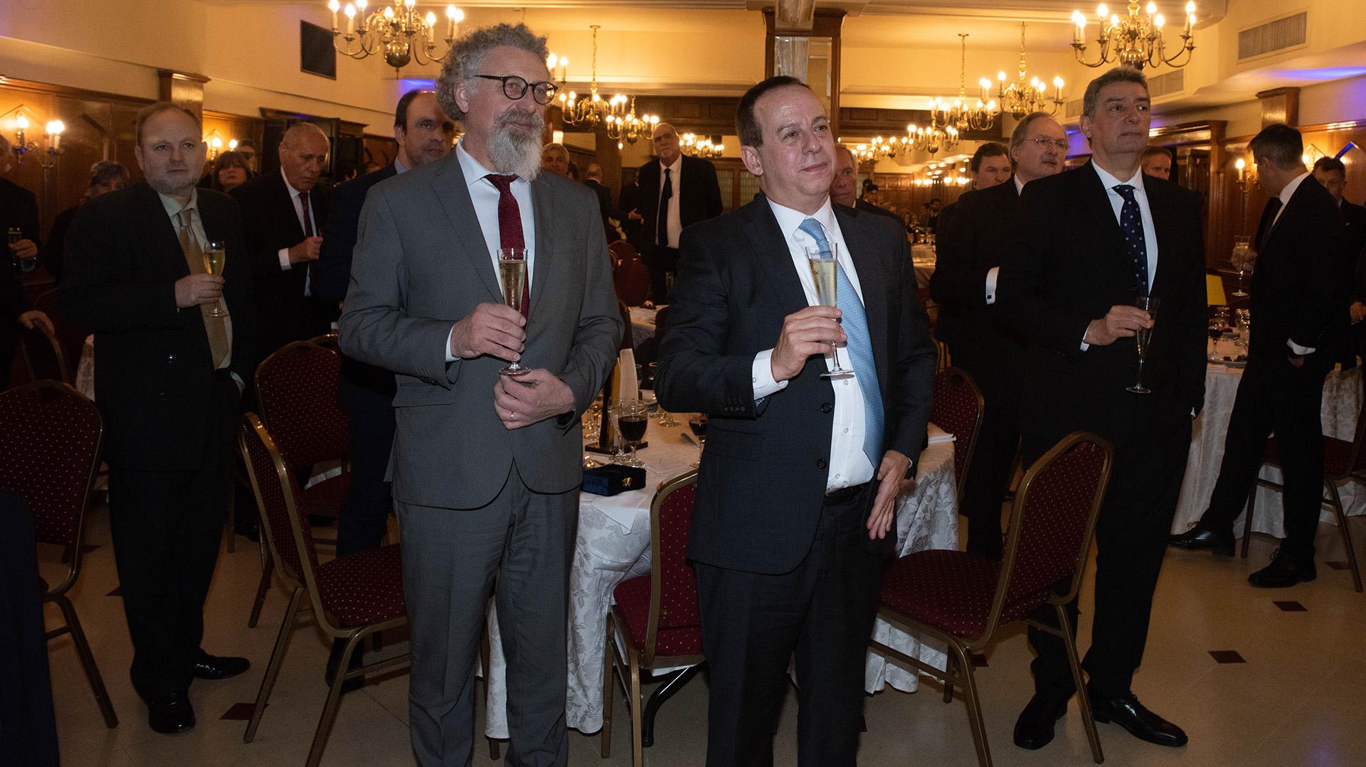El senador Alfredo Luenzo brinda junto a Martín Etchevers