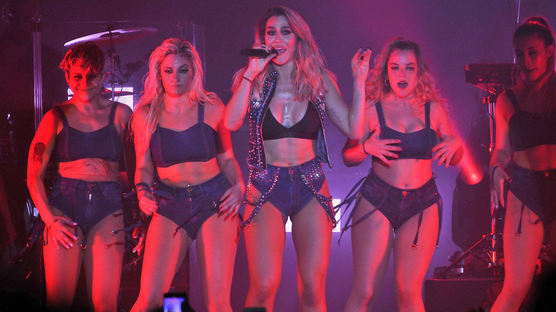 Sobre el escenario, la acompañaron bailarinas y sus músicos