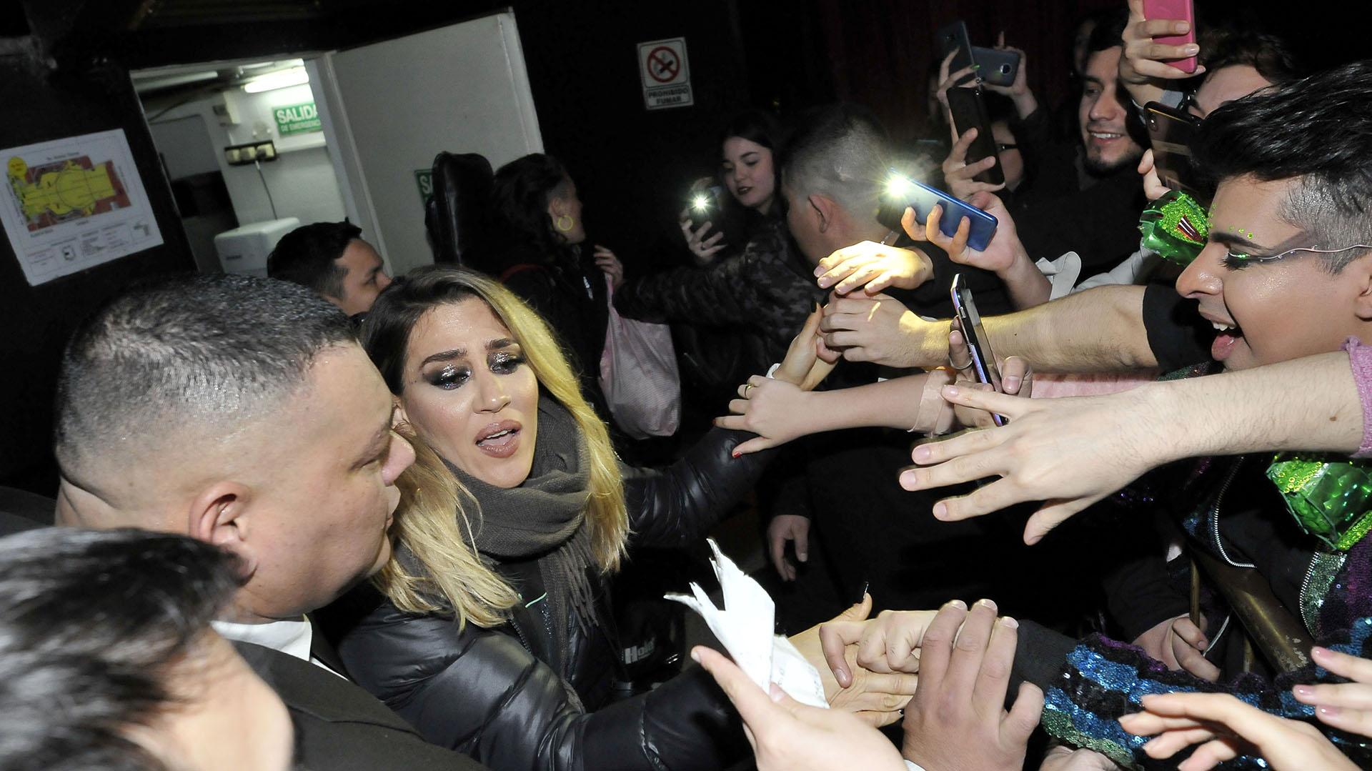Jimena saludó a sus fans a la salida del show