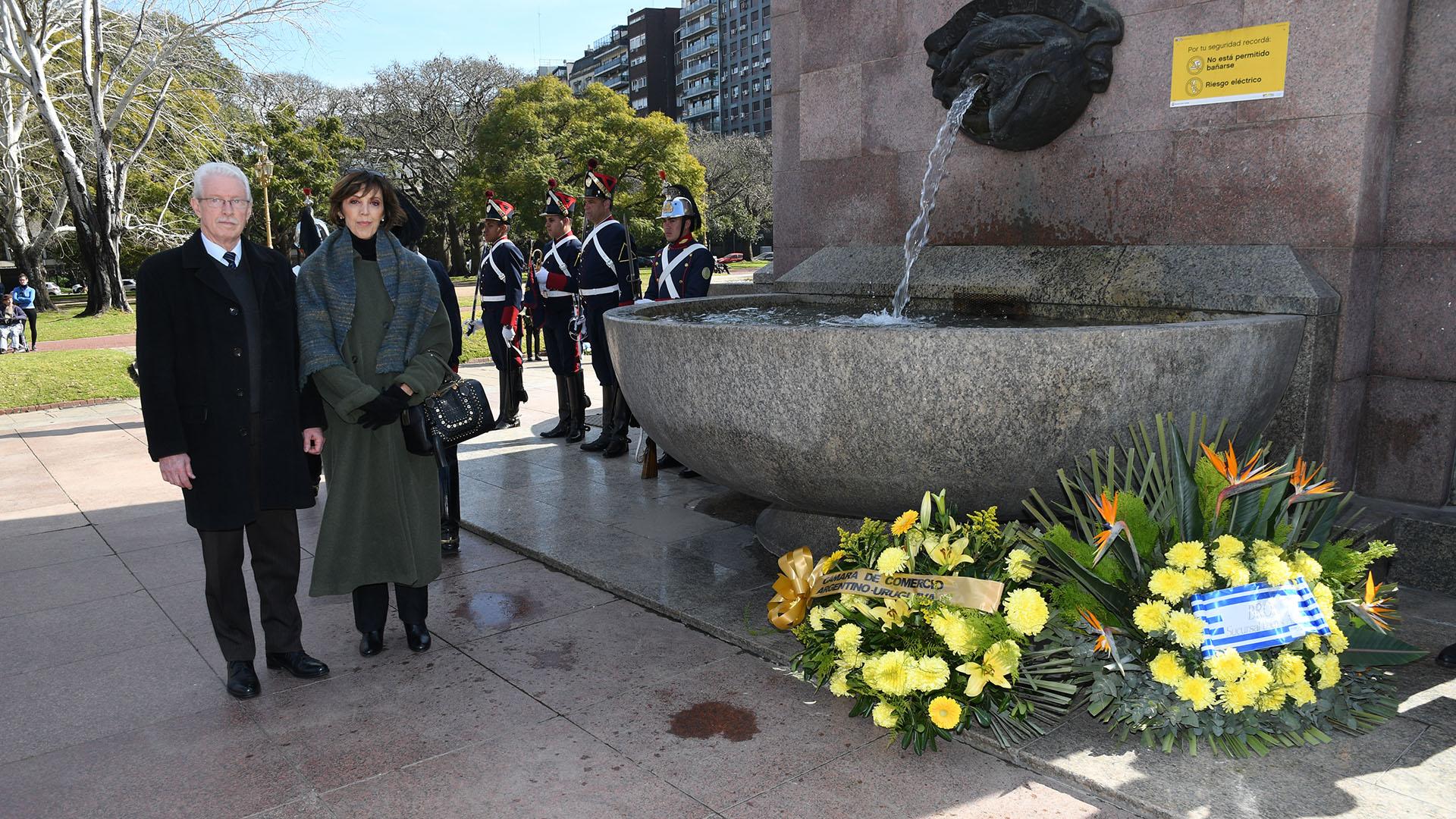 Previo a la recepción realizaron un homenaje en la Plaza República Oriental del Uruguay