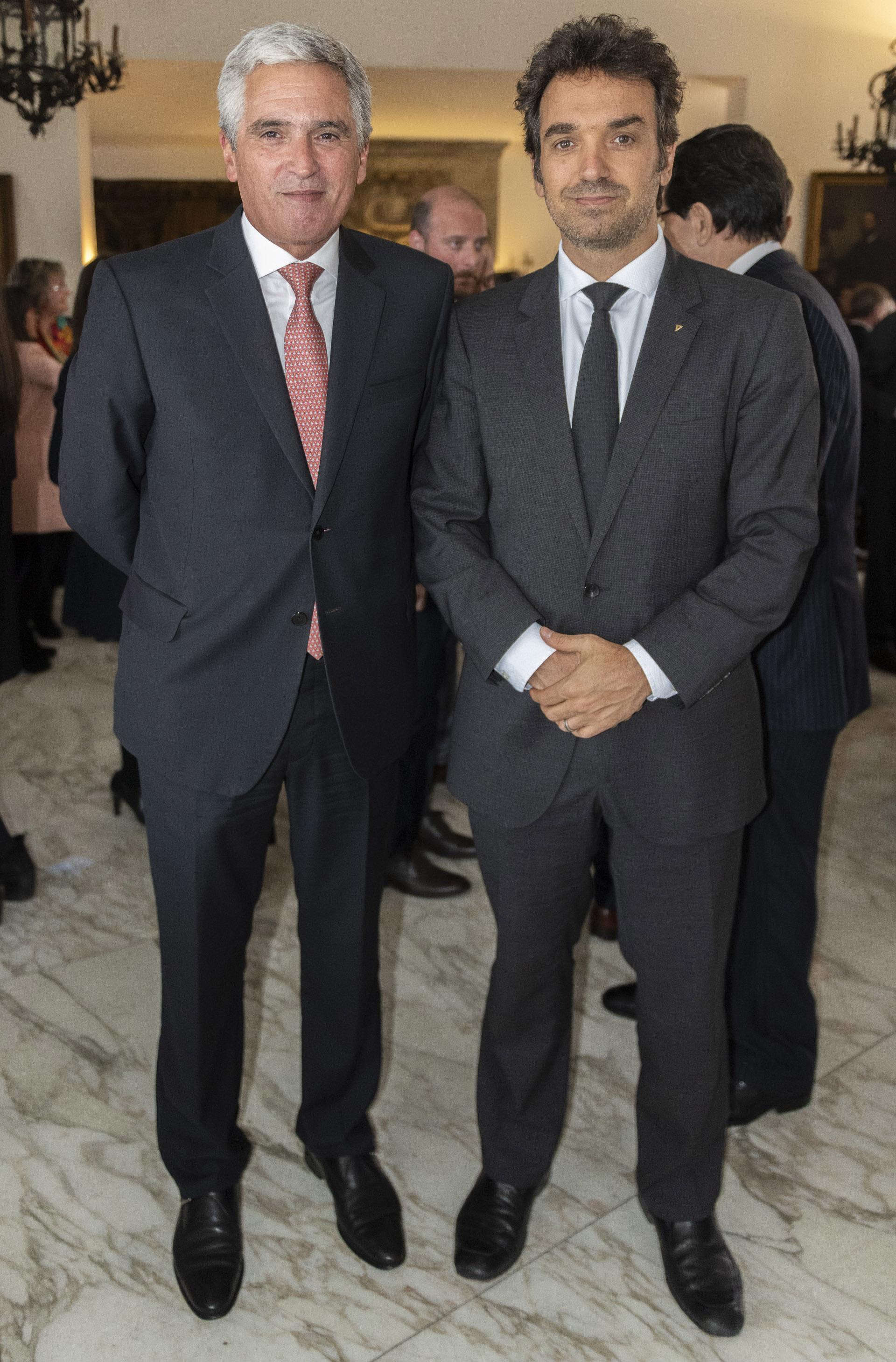 El embajador de Perú, Peter Camino Cannock junto al director general de Bagó, Sebastián Bagó