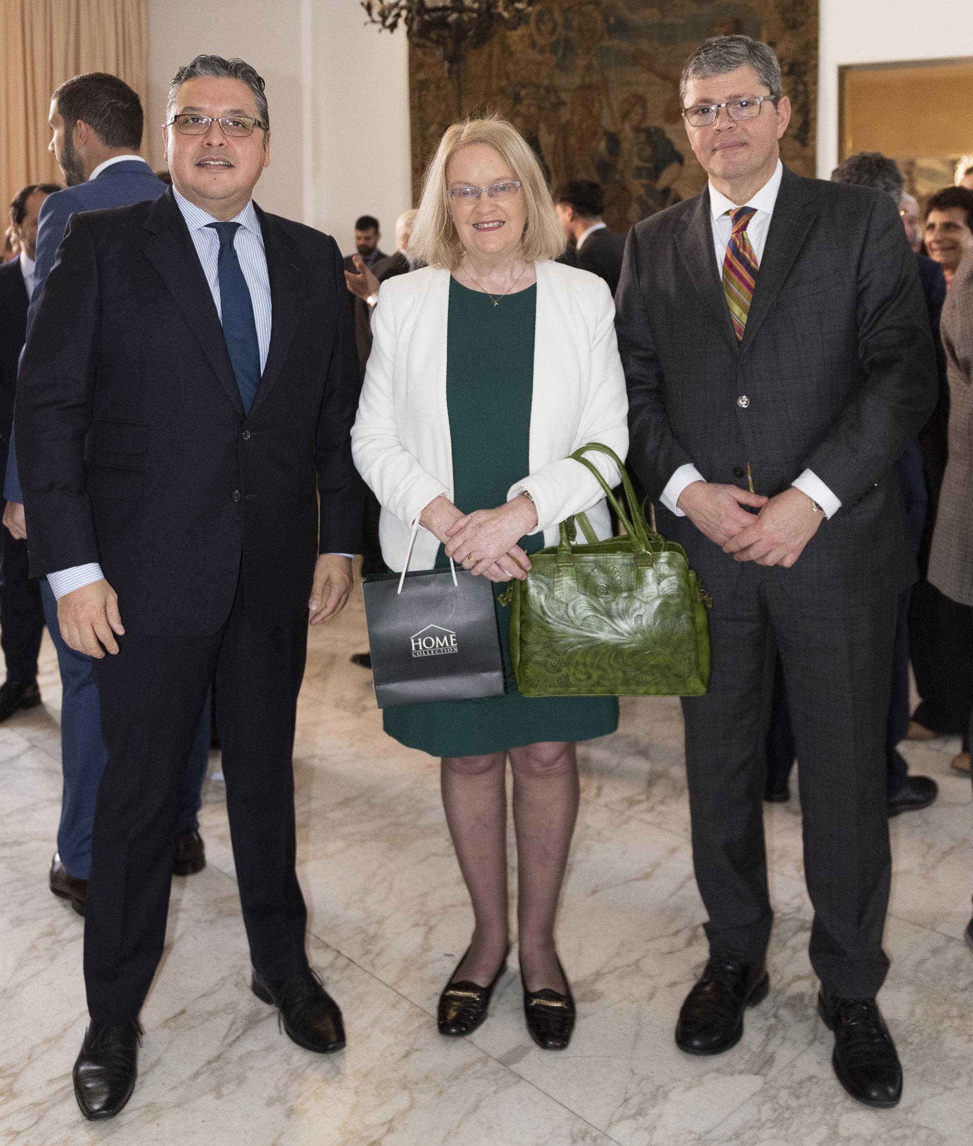Ariel Blufstein, colaborador en Relaciones Diplomáticas DAIA; Jackie O Halloran Berstein, embajadora de Irlanda en Argentina; Diego Pelufo Acosata, ministro de la embajada de Uruguay