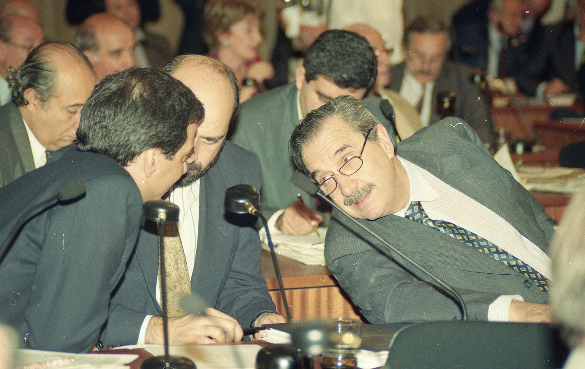 Alfonsín en la Asamblea Constituyente. Sentado a su lado, Jesús Rodríguez
