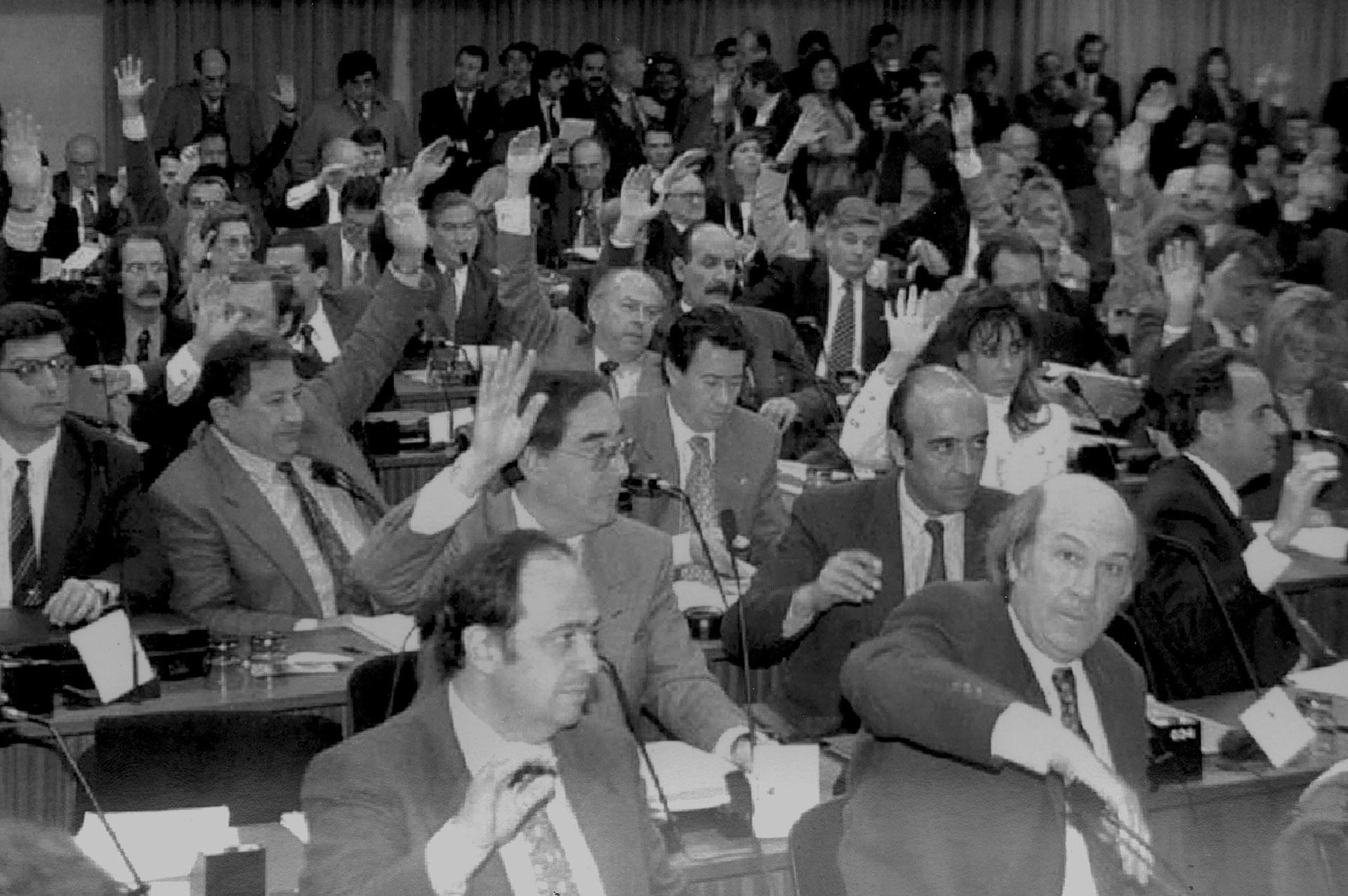 Votación de los legisladores: en primer plano, Alberto Pierri. En la tercera fila, a la izquierda y con anteojos, un joven Horacio Rosatti, detrás, Juan Carlos Maqueda (hoy ambos son jueces de la Corte Suprema). Al lado de Rosatti, Oraldo Britos, Augusto Alasino y Cristina Kirchner. En el centro de la foto, Carlos Corach y a su lado Jorge Yoma y Alberto Albamonte.