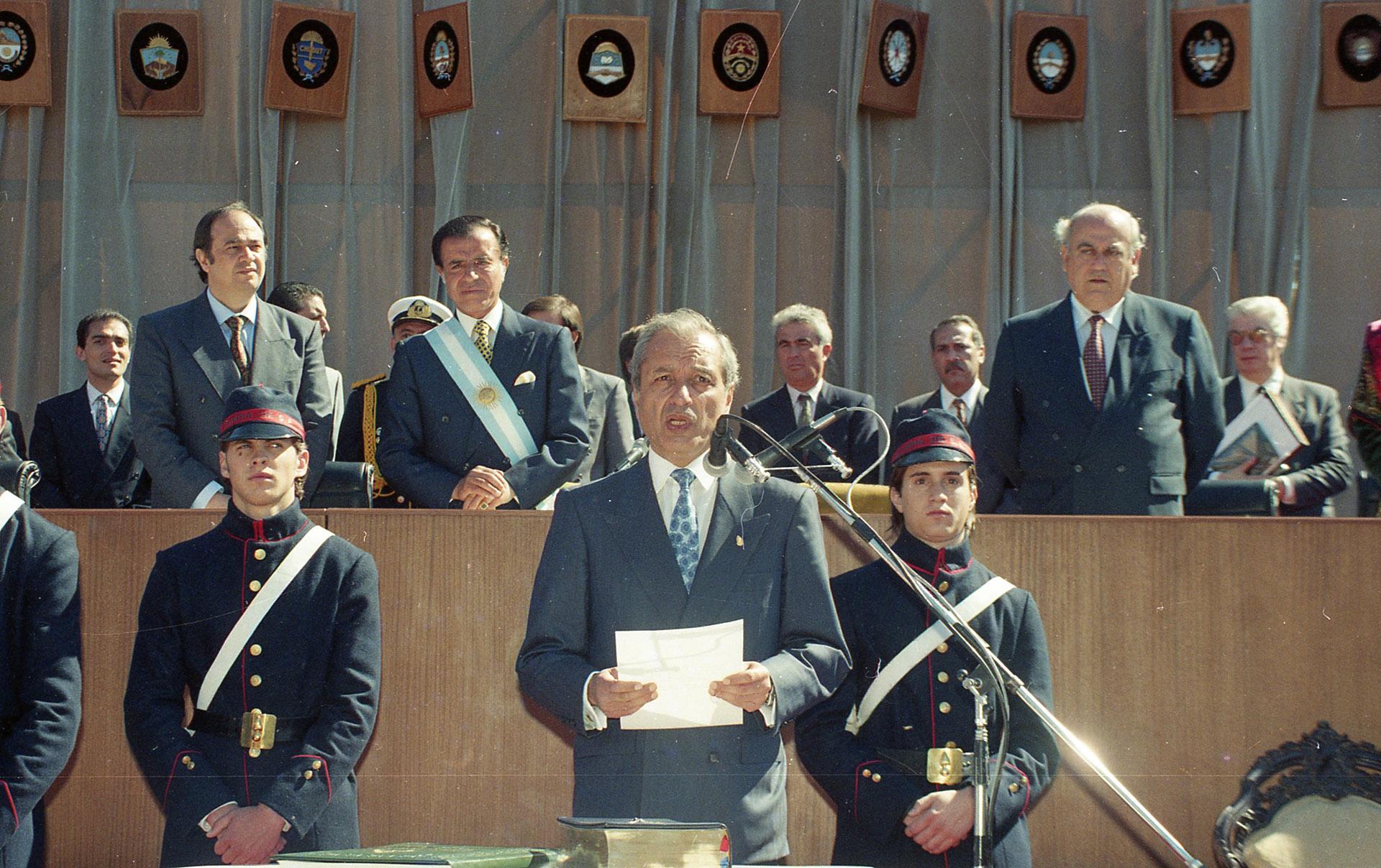 Juramento de Eduardo Menem, presidente de la Asamblea Nacional Constituyente