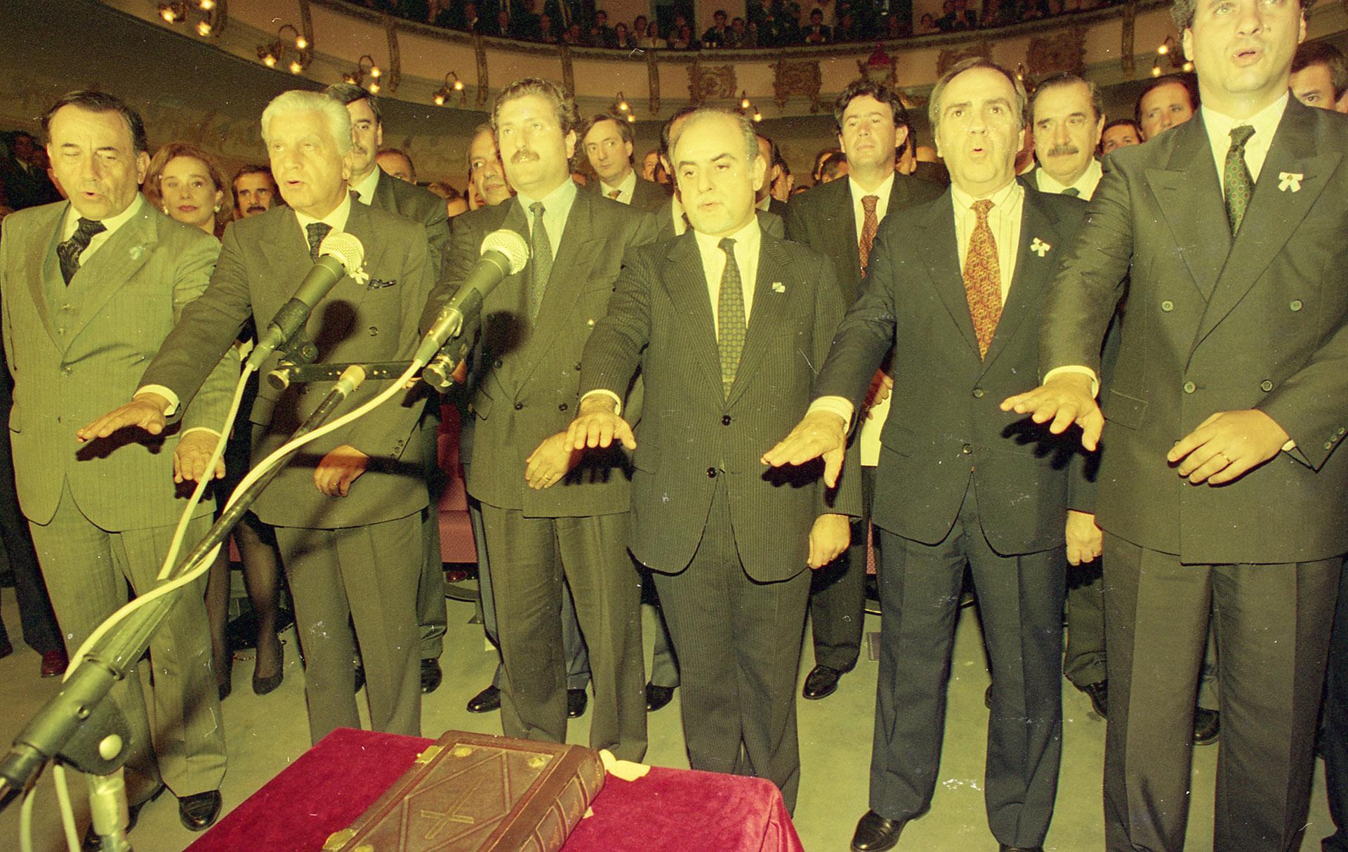 Finalización de la Asamblea Constituyente. Políticos Jurando. Al centro, Rodolfo Barra. A la izquierdaCarlos Grosso y Antonio Cafiero. A la derecha, Juan Pablo Cafiero