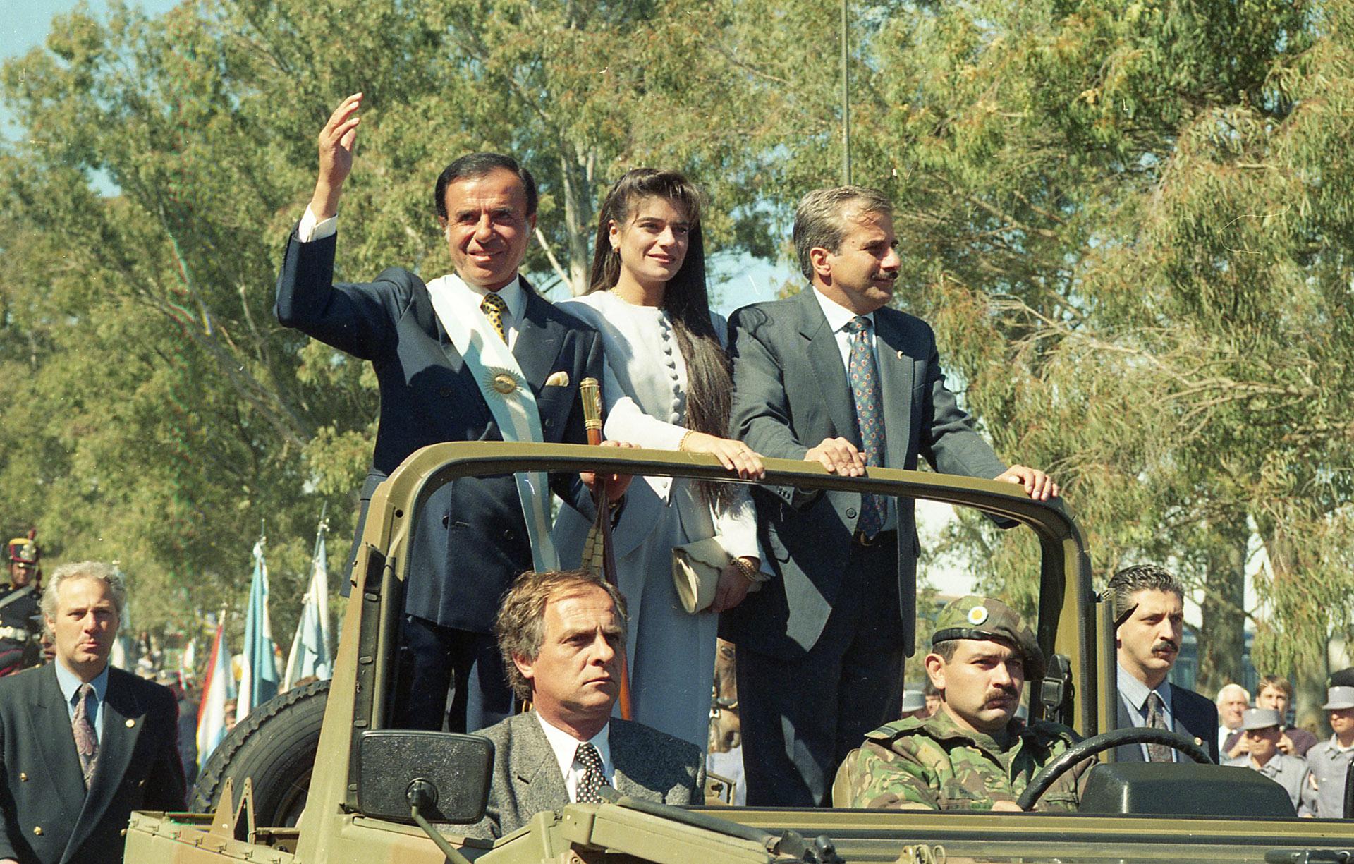 Carlos Menem y su hija Zulemita, en el desfile final luego de jurar la nueva Constitución