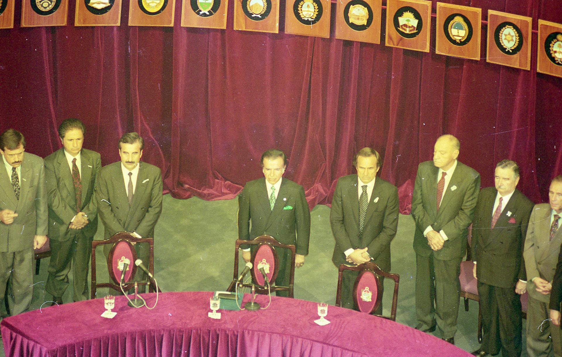 Finalización de la Asamblea Constituyente. Junto a Carlos Menem, Alberto Reutemann que, como gobernador de la provincia de Santa Fe, era el anfitrión. También fue constituyente.