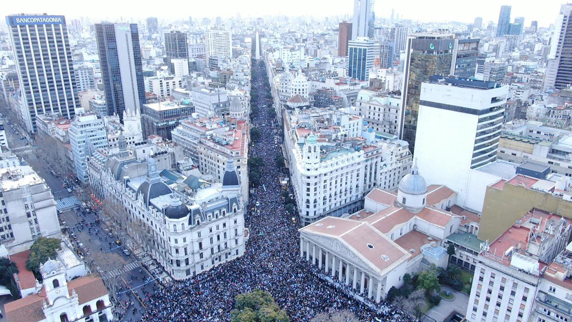 Vista de la masiva marcha espontánea en defensa del Gobierno de Mauricio Macri