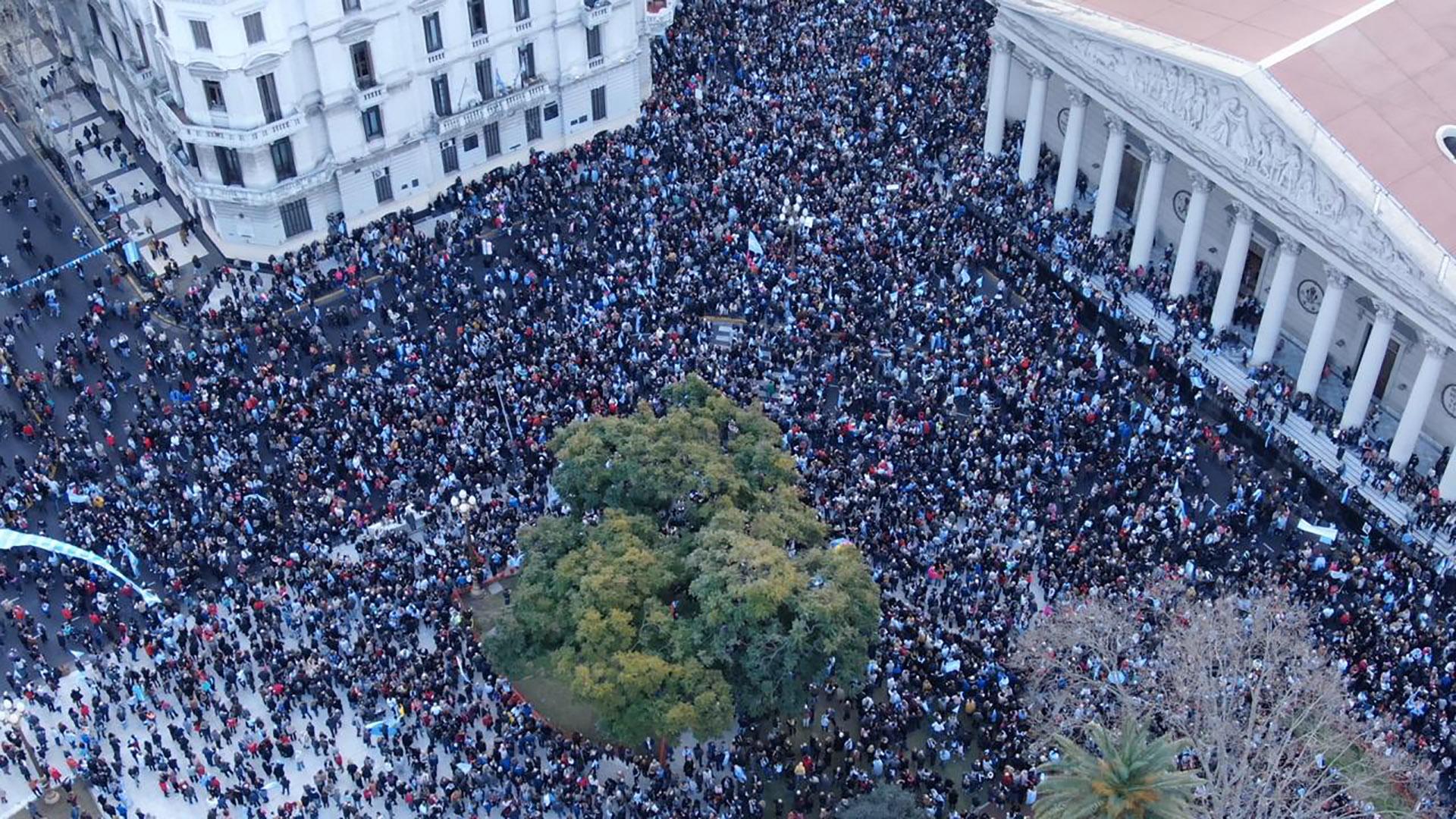 Miles de personas expresaron su apoyo al gobierno de Macri