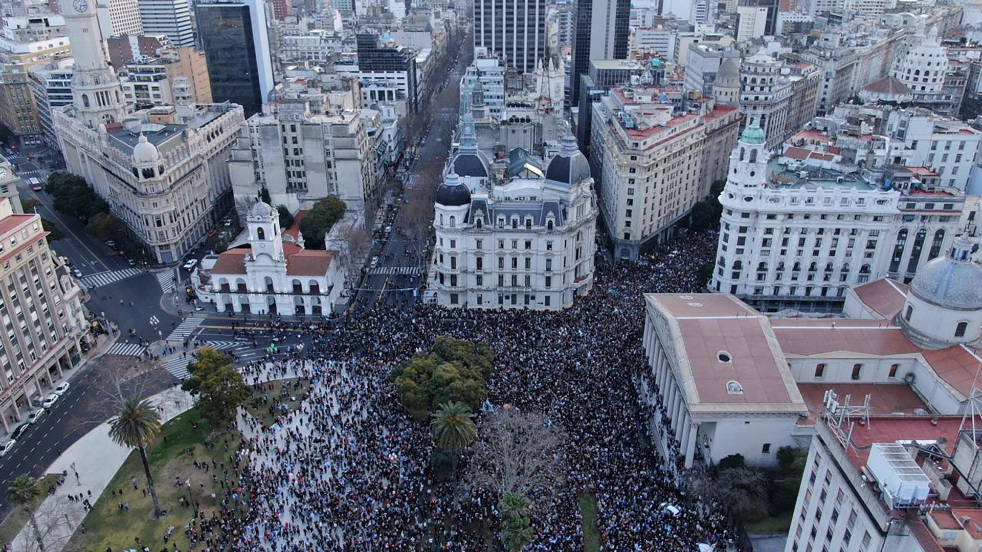 La movilización convocada a través de las redes y a partir de un mensaje grabado por el actor Luis Brandoni desde Madrid fue convergiendo hacia la Casa de Gobierno