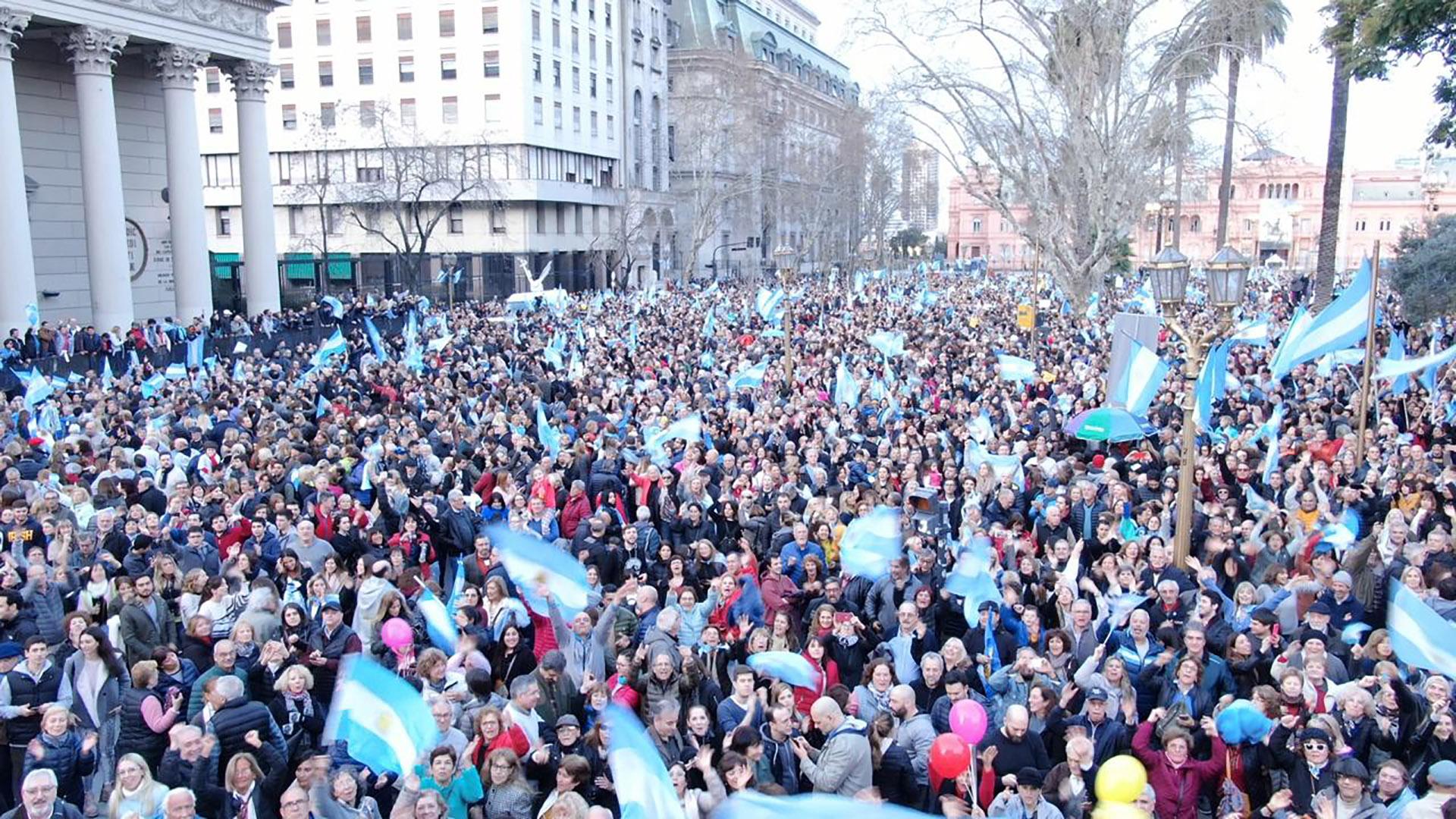 Desde las 17 horas la gente que se había congregado en el Obelisco fue llenando la Plaza de Mayo