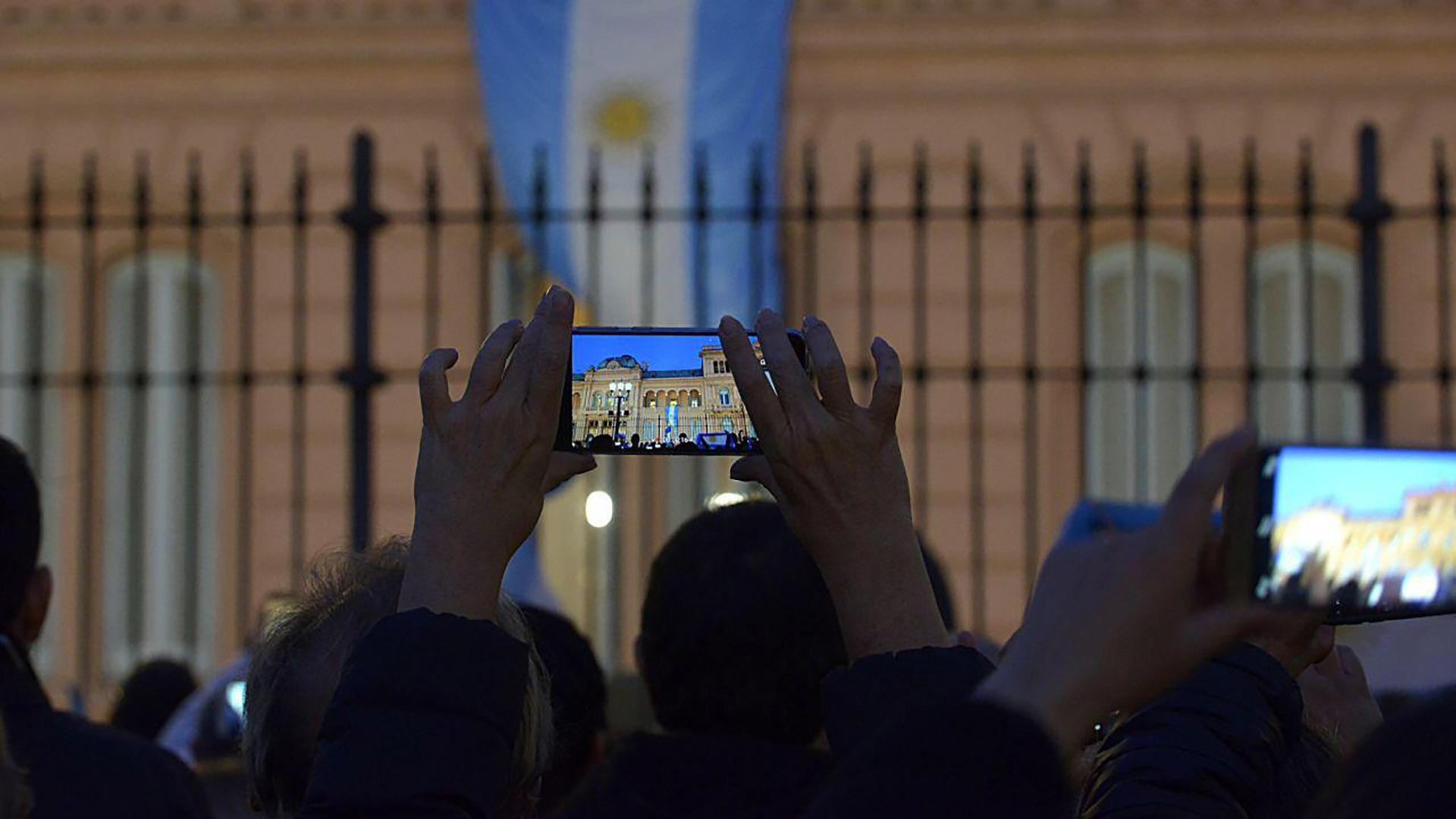 La bandera en el balcón; signo de que Mauricio Macri aparecería en cualquier momento en el balcón