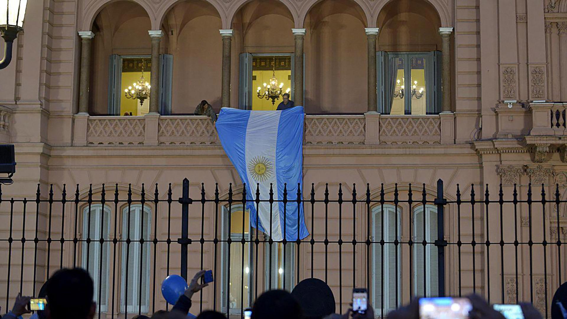La bandera argentina desplegada en el balcón, poco antes de que llegara el Presidente a la Casa de Gobierno