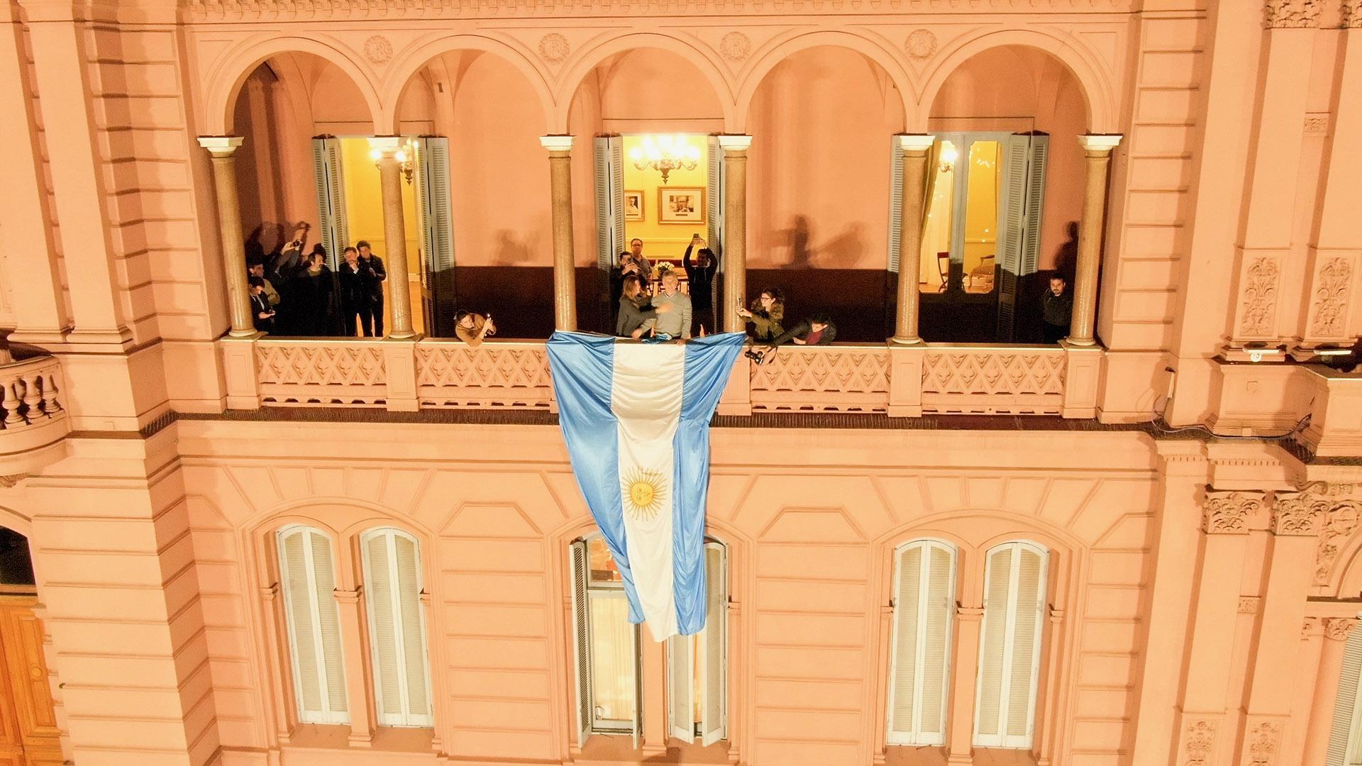 Mauricio Macri salió al balcón para saludar a la multitud acompañado por su esposa, Juliana Awada. El balcón de la Casa Rosada desde el drone de Infobae