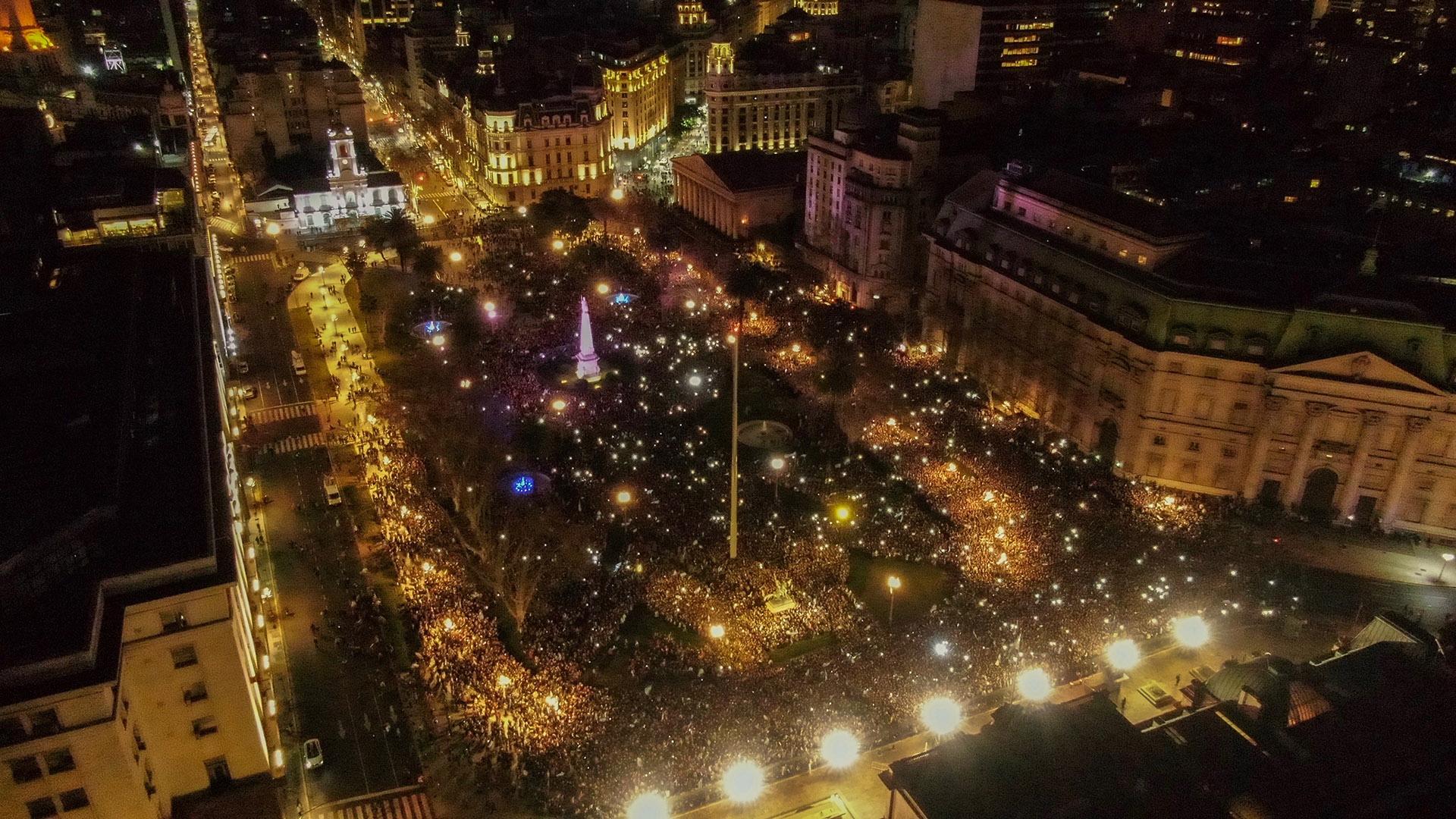 Vista de la multitud desde los techos de la Casa Rosada (drone)