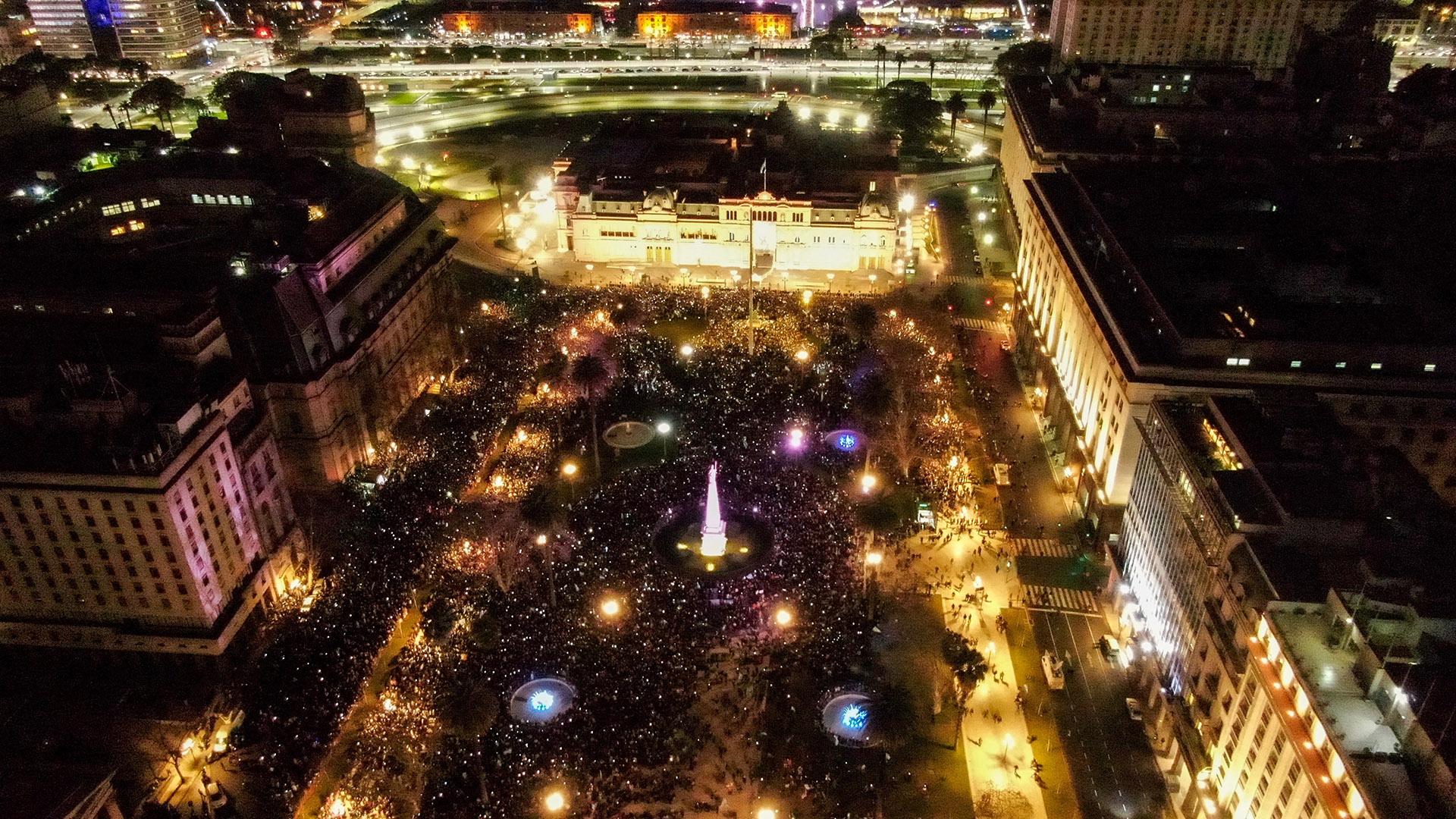 La Plaza al anochecer, vista desde el drone de Infobae