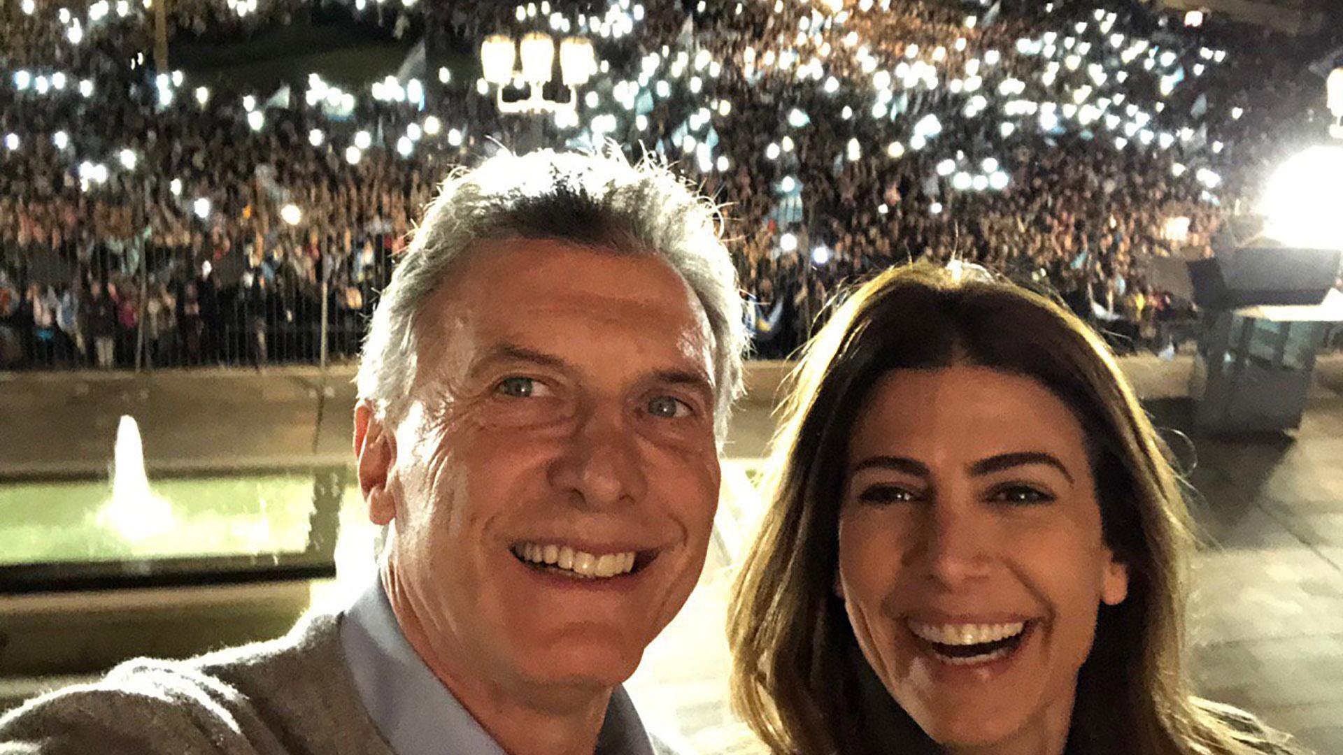 La selfie de Macri y Awada desde el balcón con la Plaza llena de simpatizantes de fondo