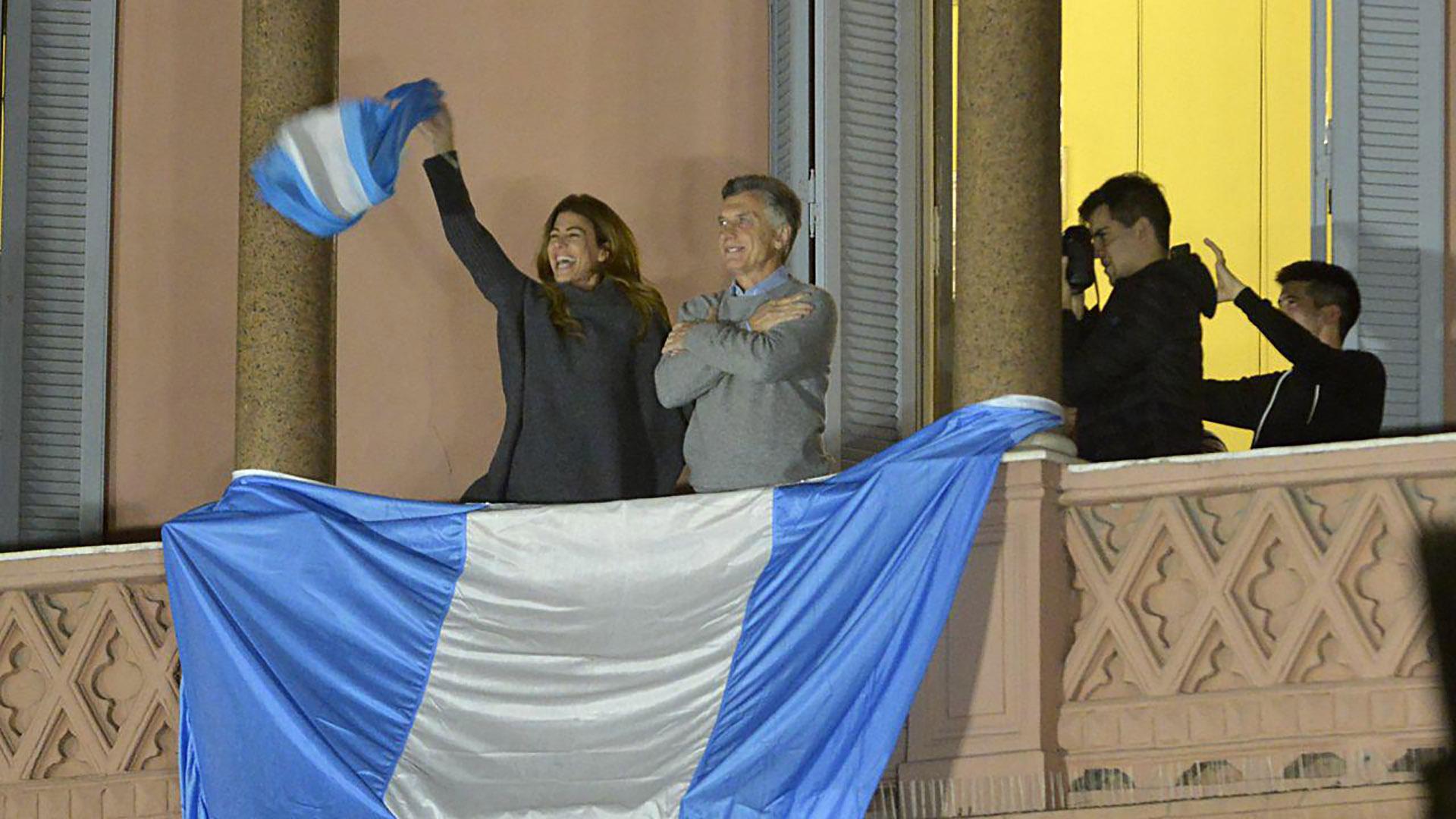 El saludo desde el balcón hacia una Plaza de Mayo llena y sin rejas
