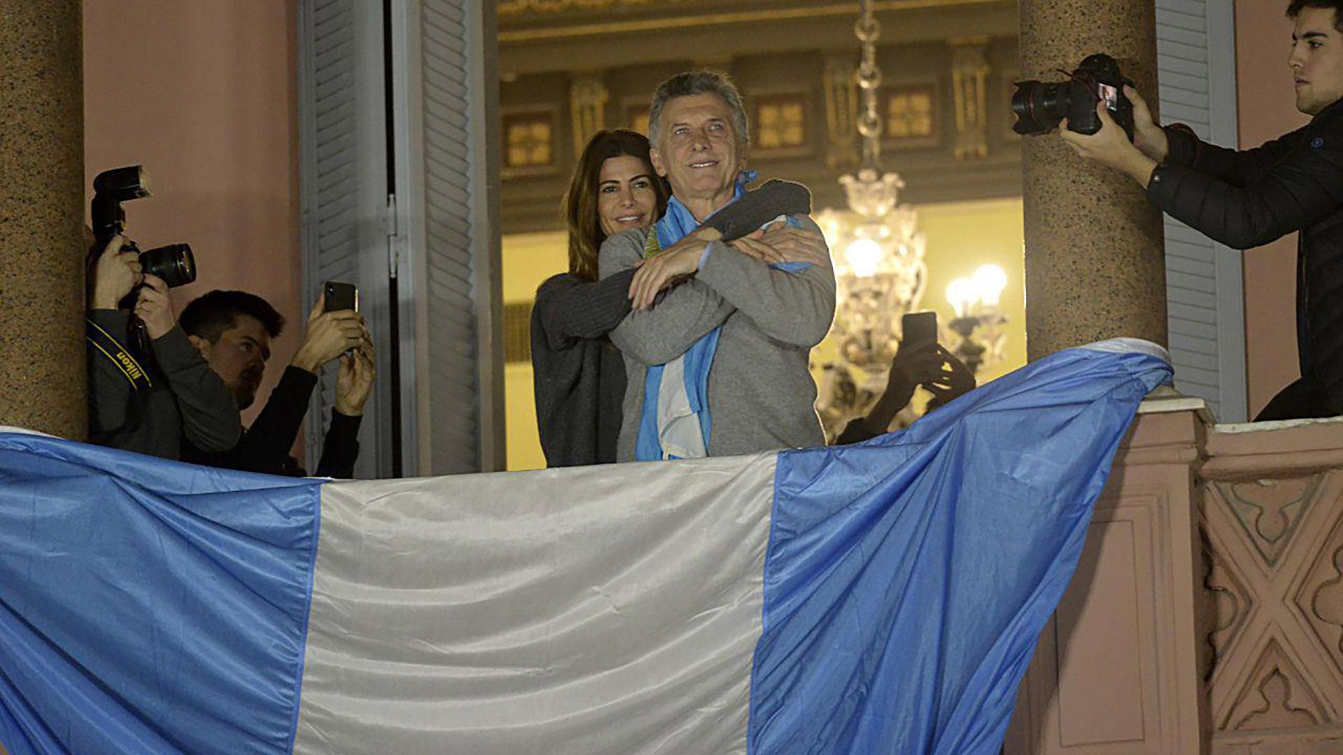Juliana Awada y Mauricio Macri dejaron la quinta Los Abrojos donde estaban pasando el fin de semana para saludar a los manifestantes que se habían congregado en la Plaza de Mayo