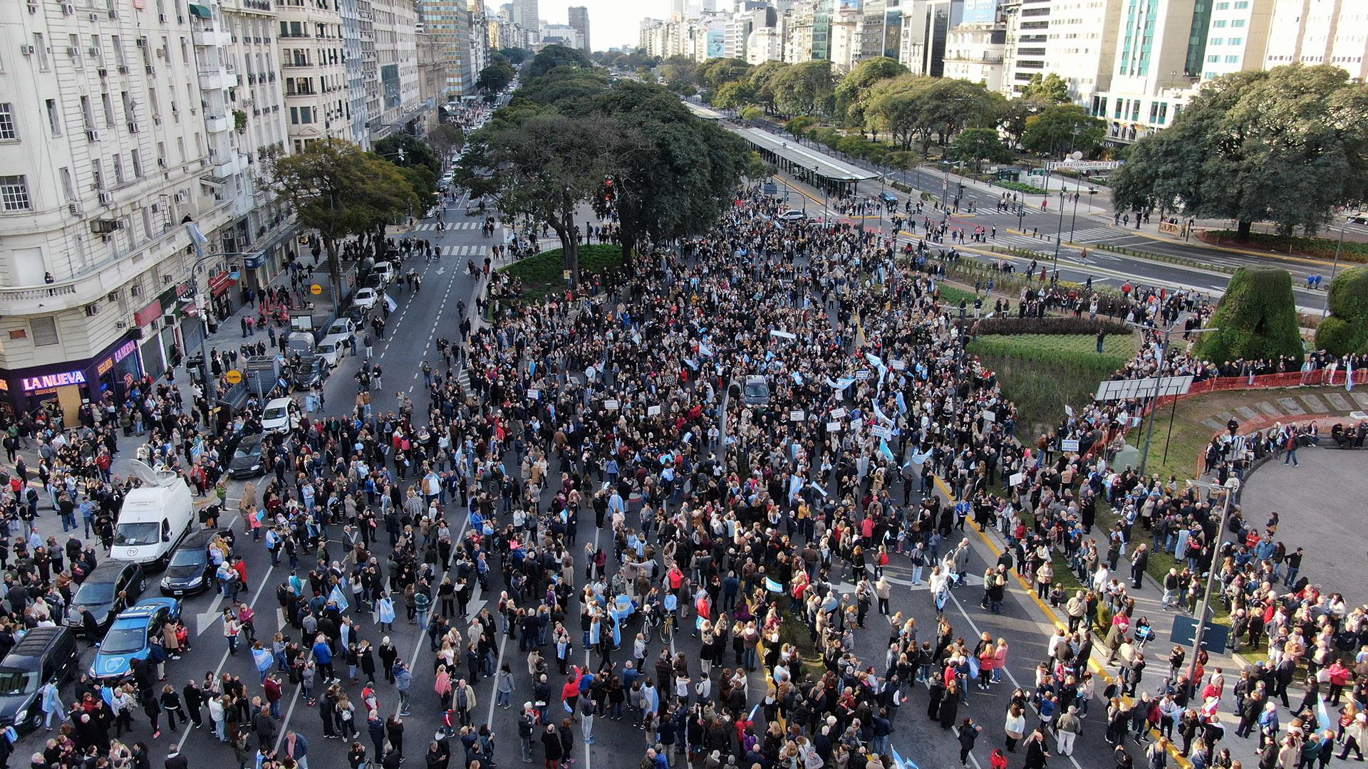 La gente fue llegando espontáneamente a la concentración en la 9 de Julio alrededor del Obelisco