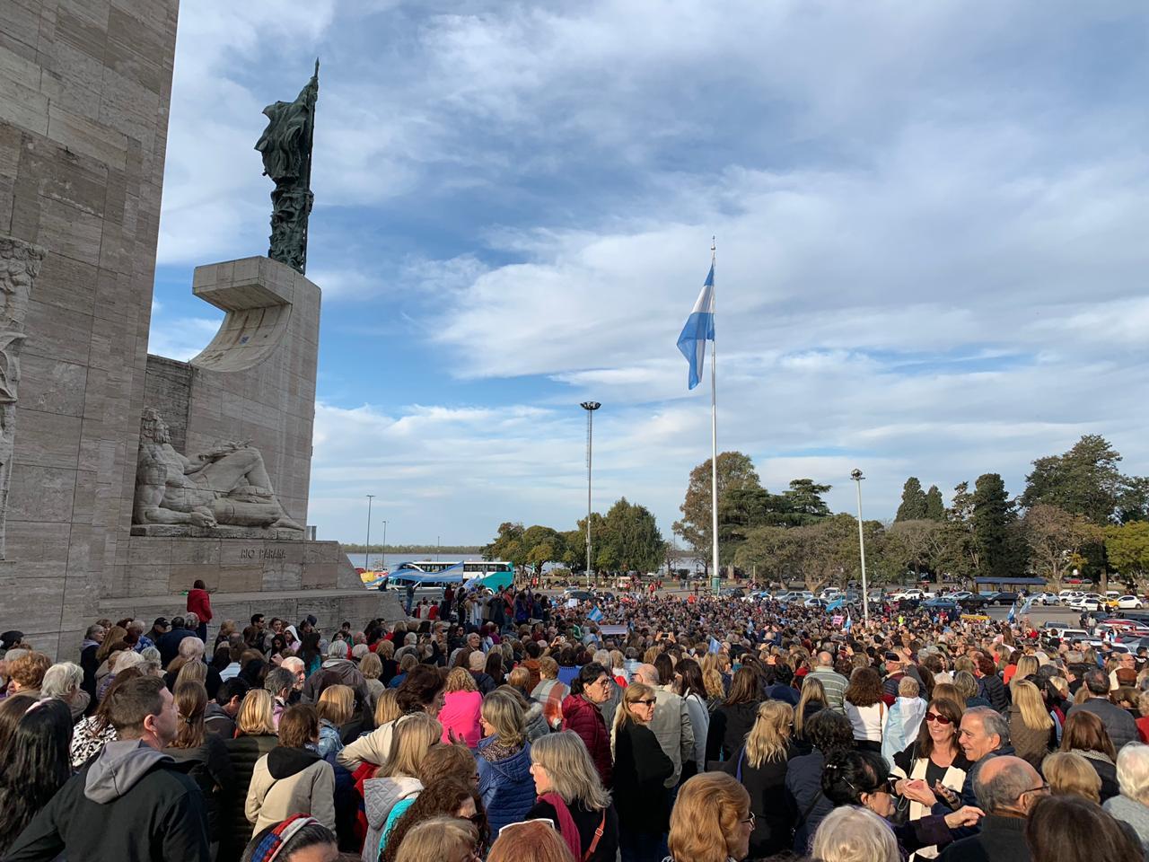 La marcha de apoyo al Gobierno se replicó en el interior. Aquí, la concentración en Rosario
