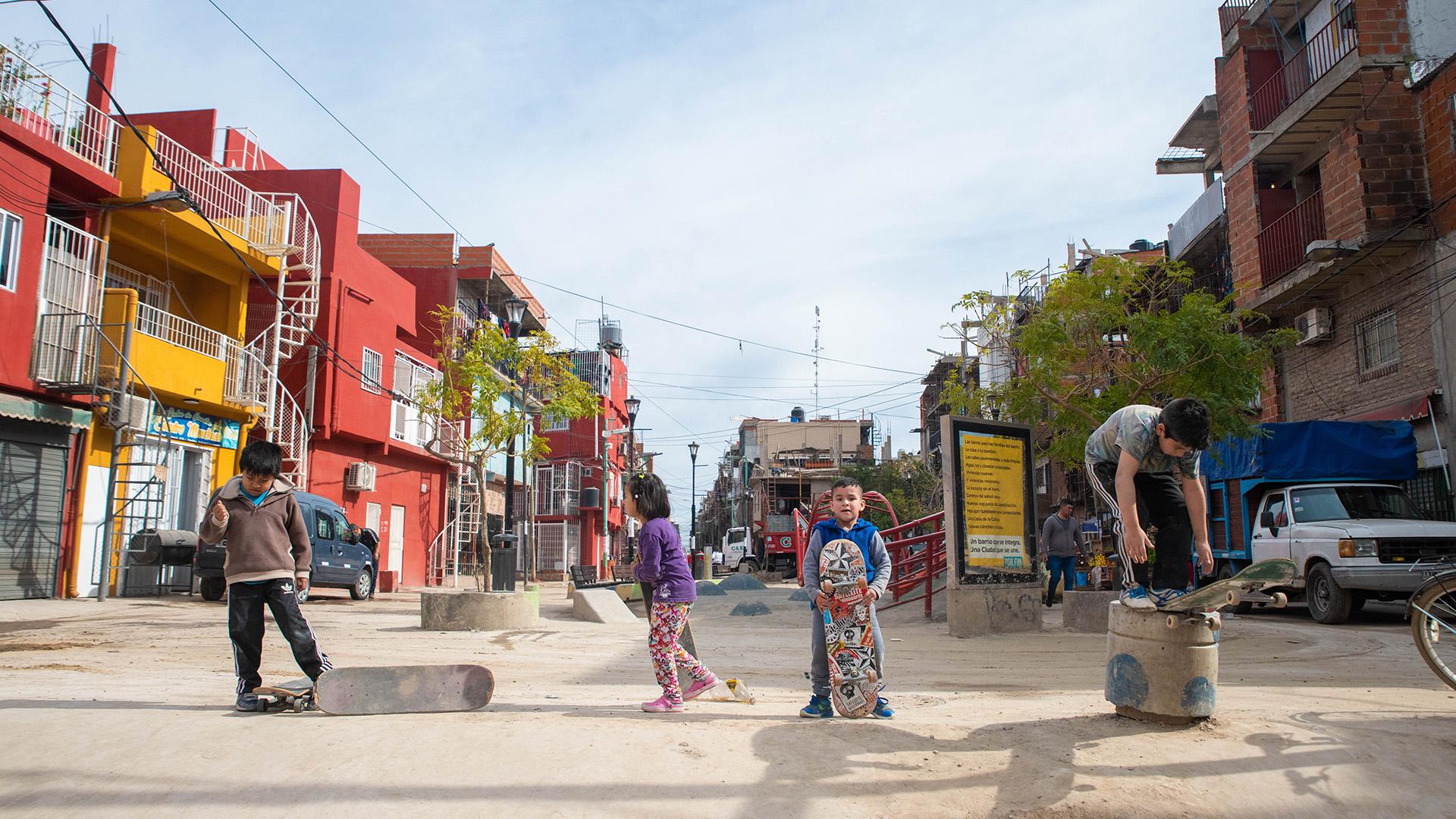 Además de la práctica deportiva, los profesores trabajan ensumar talleres de arte urbano, fotografía y cine, y de construcción de rampas, barandas y obstáculos para andar en skate
