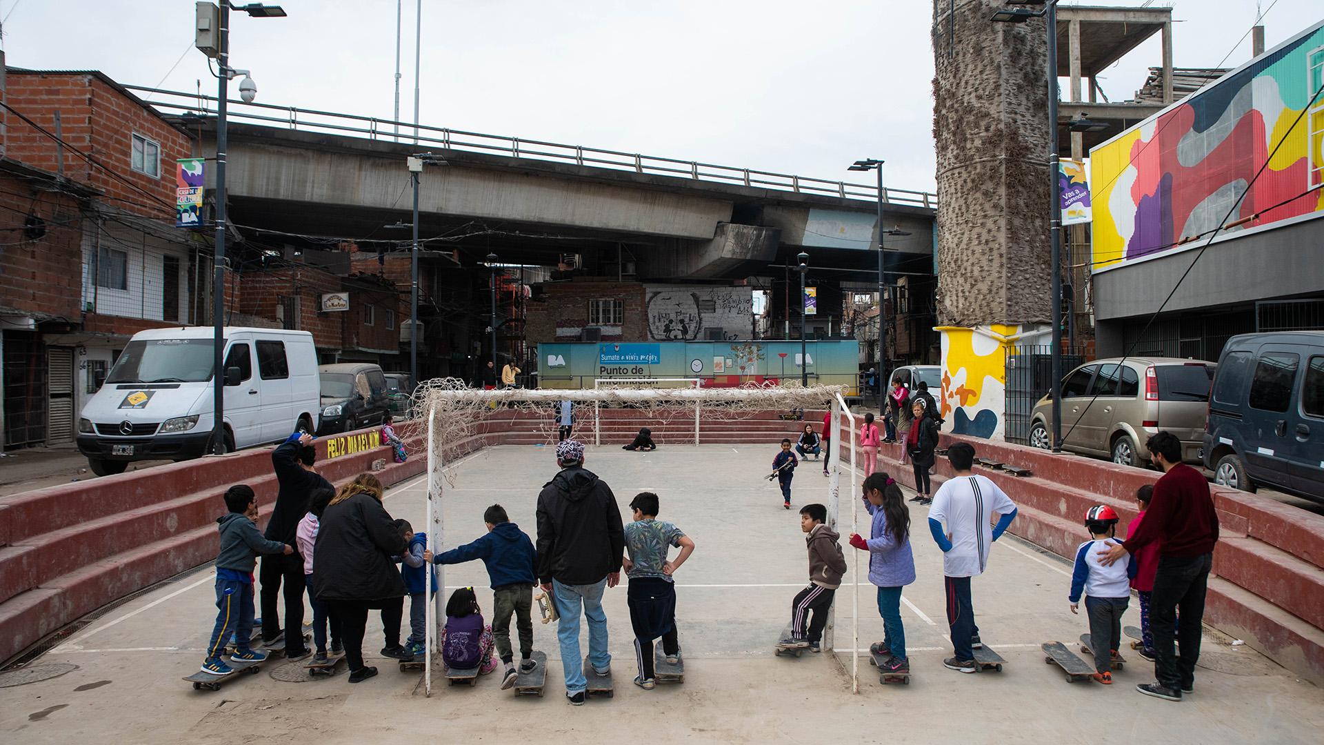 """Desde enero de este año funciona la """"31 Escuela de Skate"""" En la Plaza Manzana 99 del popular barrio"""